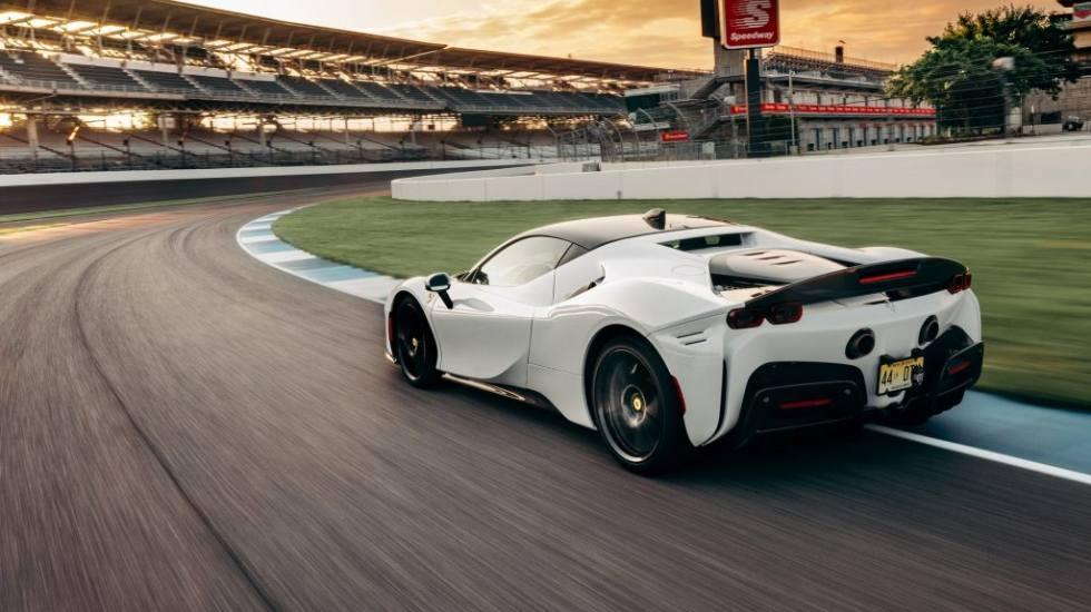 Ferrari: Δείτε τη νέα SF90 Stradale να κάνει ρεκόρ στην πίστα της Ινδιανάπολης (video)