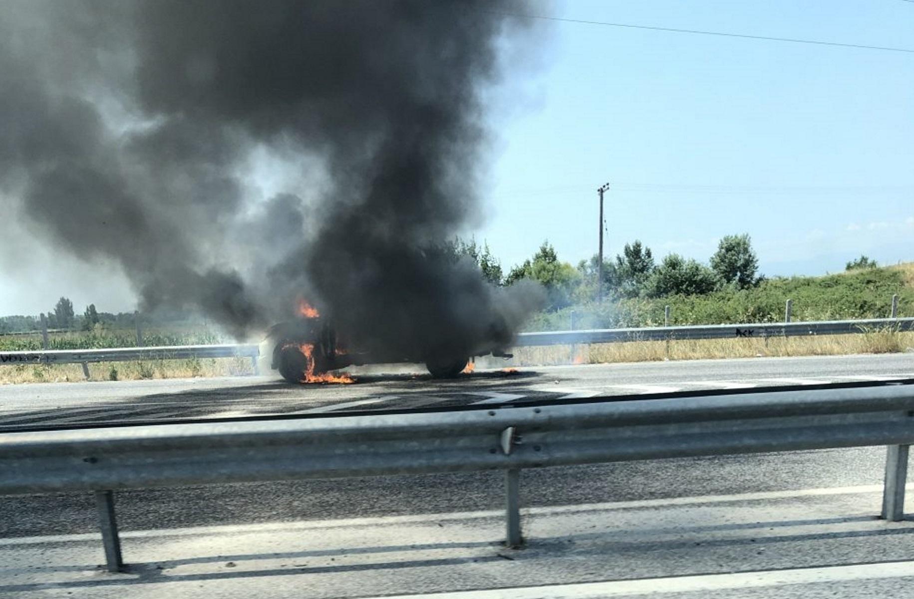 Τρίκαλα: Ανοιχτό φορτηγάκι τυλίχτηκε στις φλόγες