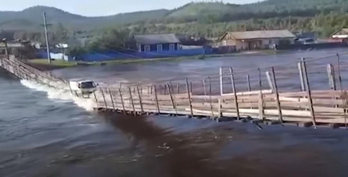 Βίντεο – σοκ: Φορτηγό διασχίζει κρεμαστή γέφυρα και το «καταπίνει» το ποτάμι