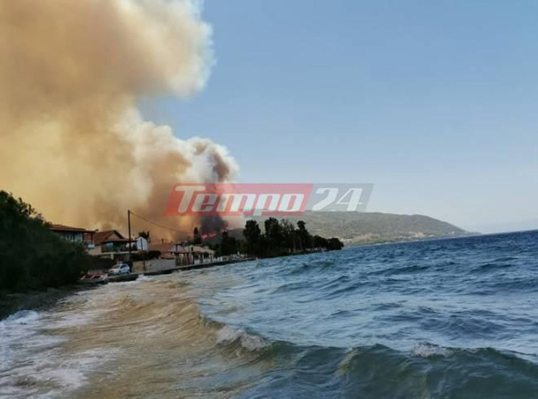 Φωτιά στην Αχαΐα: Μήνυμα εκκένωσης από το 112 για Ζήρια, Καμάρες και Λαμπίρι – Απομακρύνεται ο κόσμος από παραλίες και beach bar