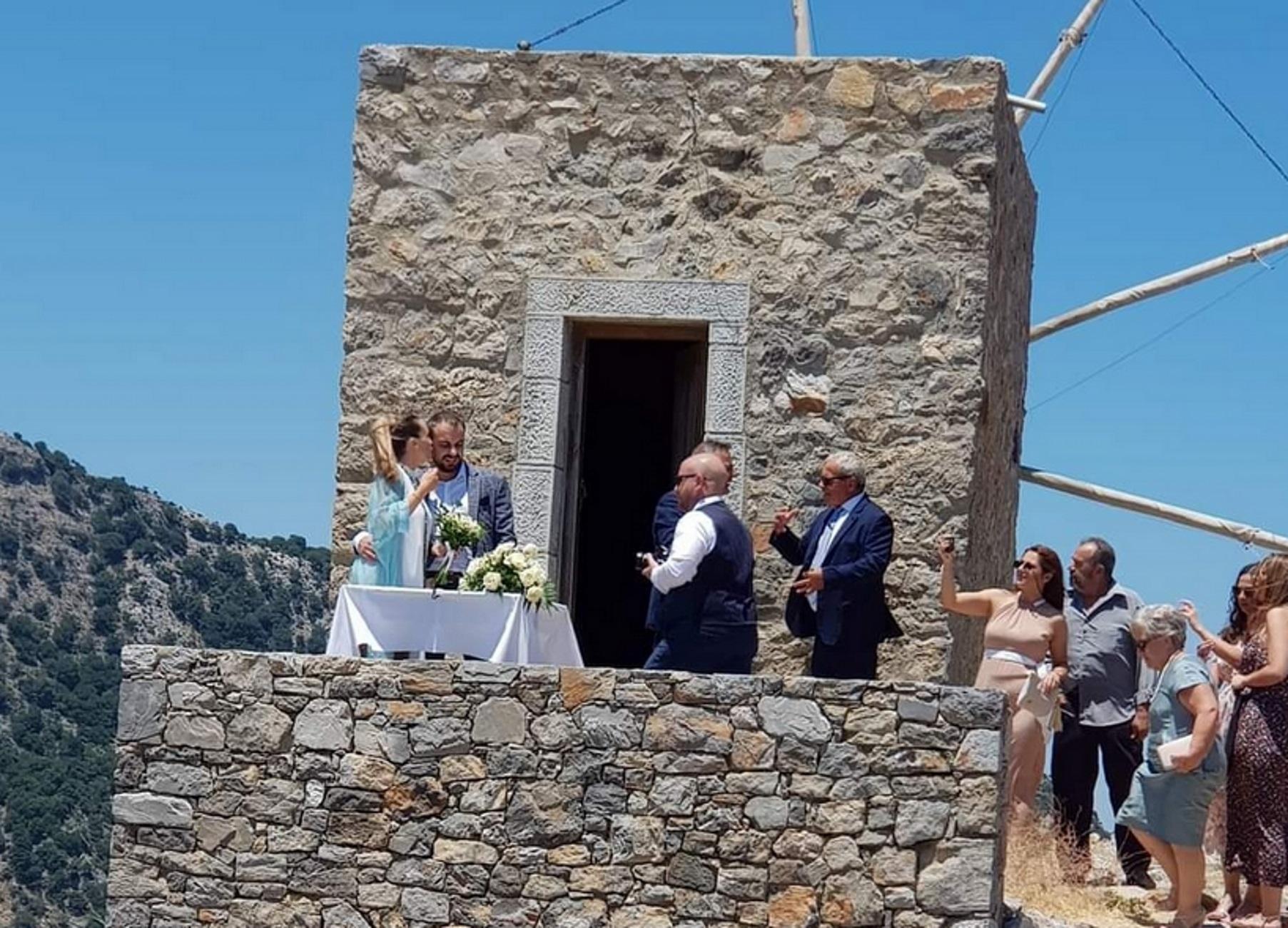 Κρήτη: Παντρεύτηκαν στον πέτρινο μύλο που ο παππούς του γαμπρού δούλευε από μικρό παιδί