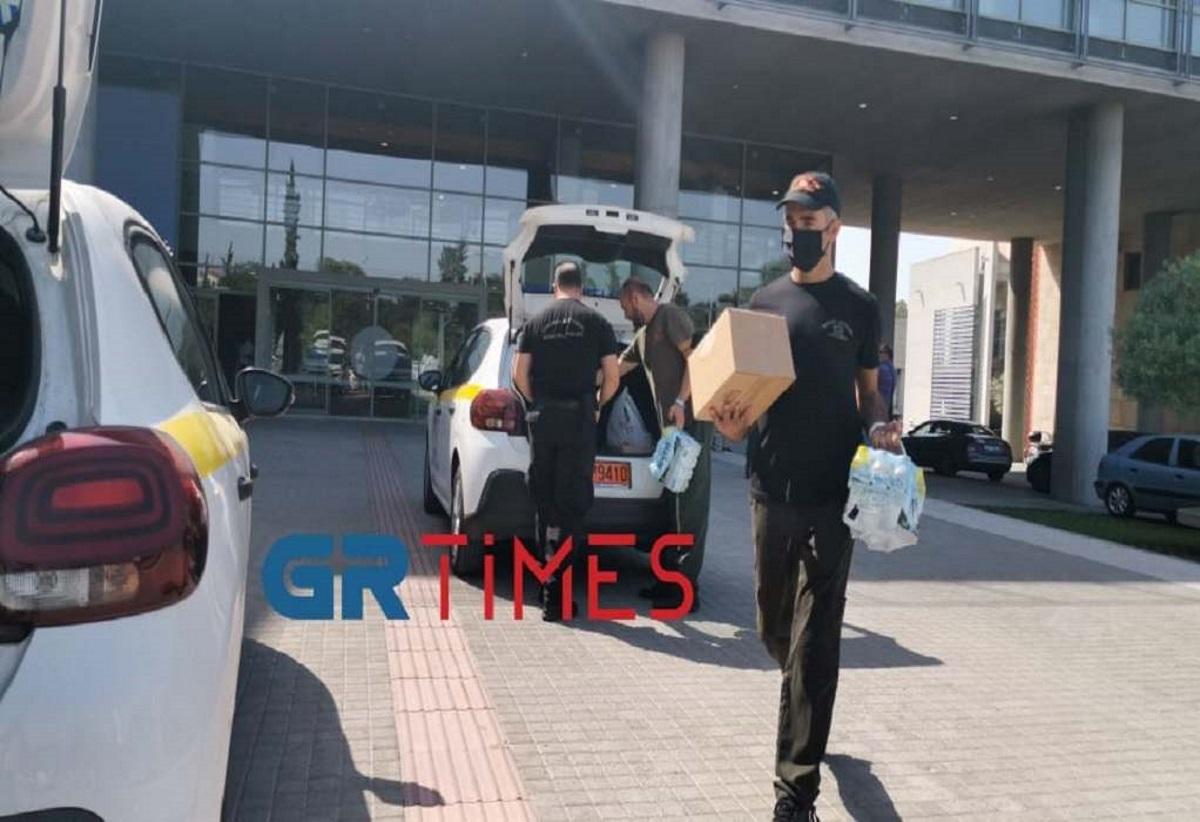 Καύσωνας – Θεσσαλονίκη: Η Δημοτική Αστυνομία μοιράζει νερά σε πολίτες