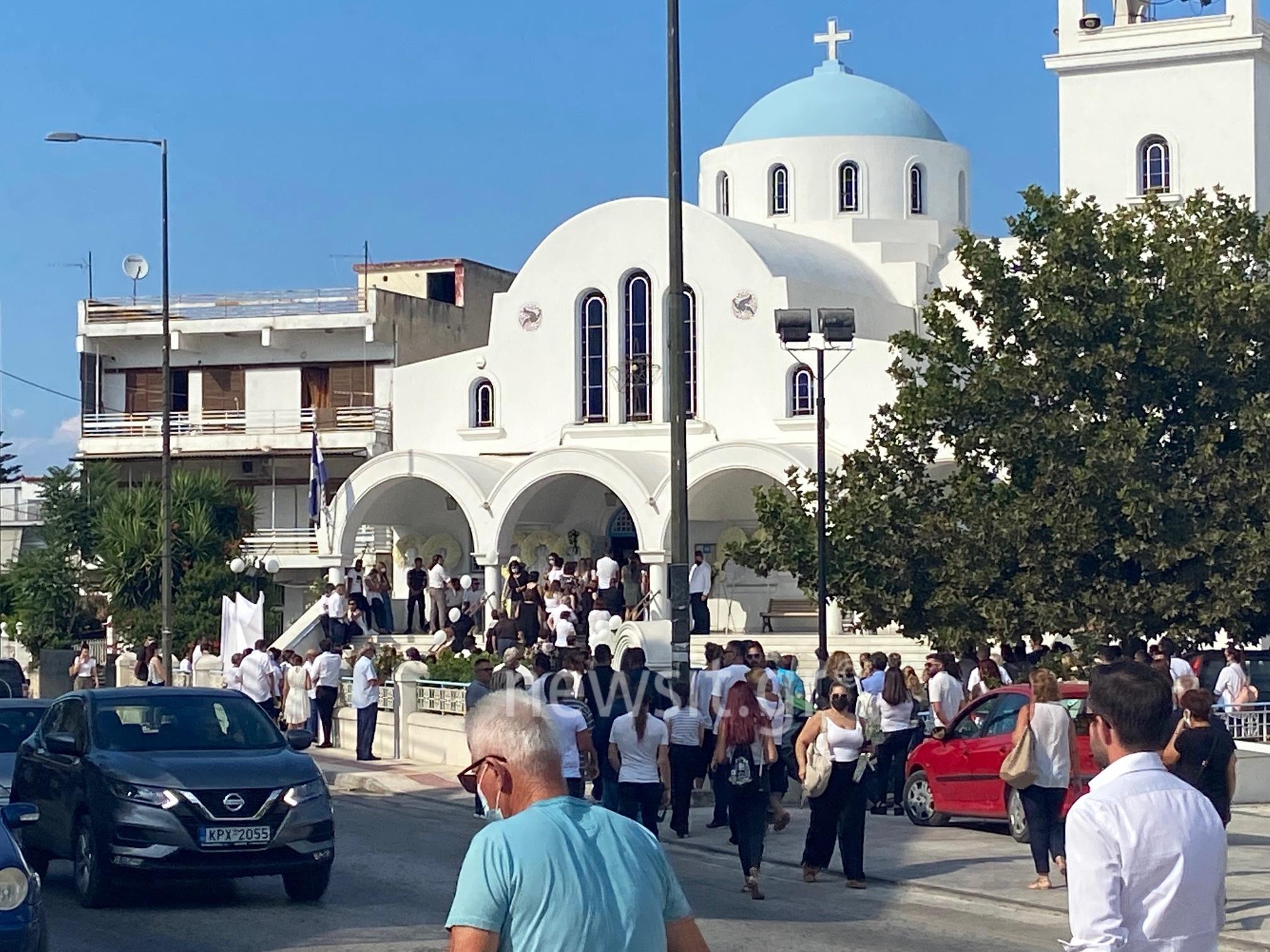 Θρήνος στην κηδεία της Γαρυφαλλιάς: Λευκά μπαλόνια και μπομπονιέρες στο τελευταίο αντίο