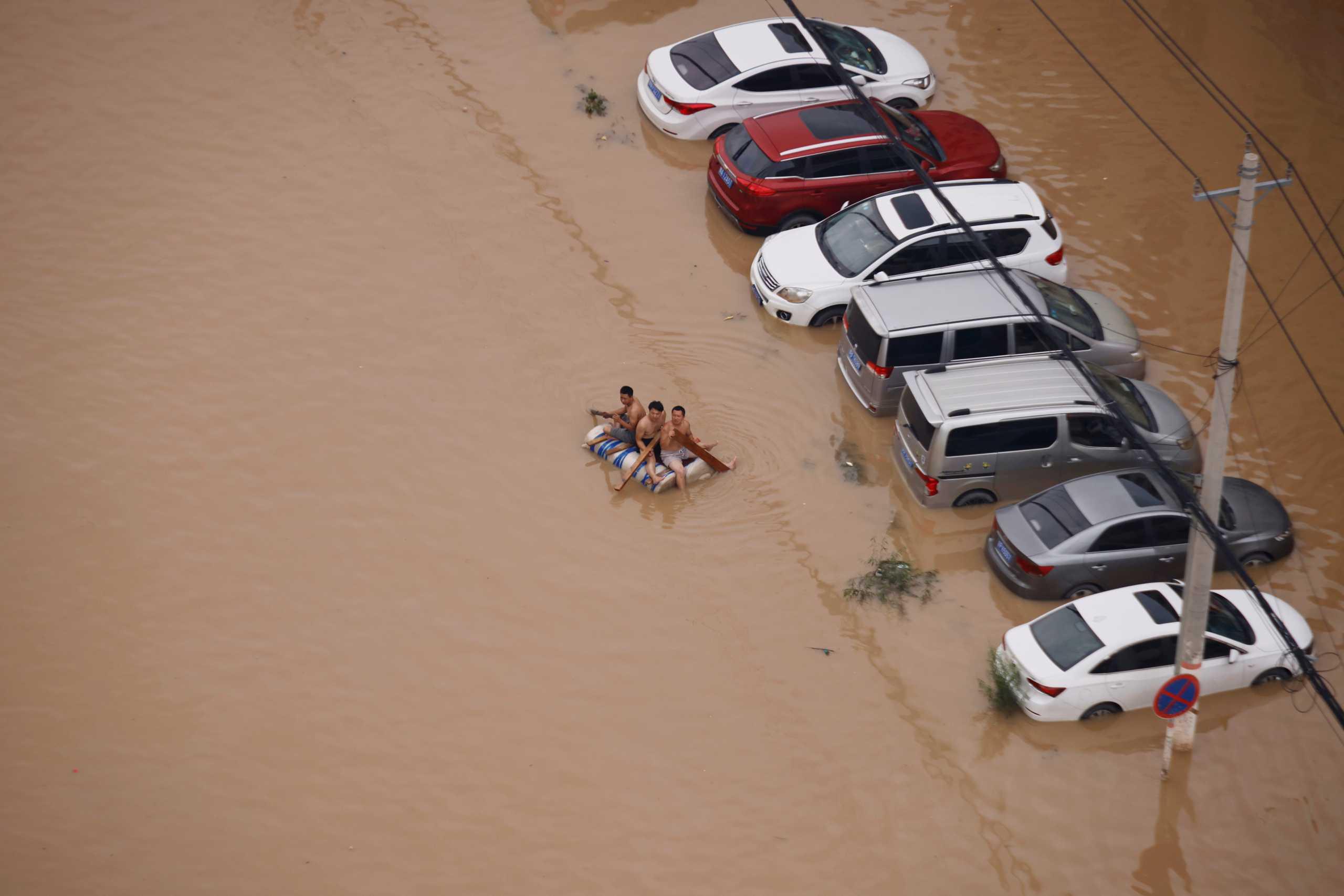 Κίνα: Δεν σταματούν να βρίσκουν πτώματα κάτω από τις λάσπες – 53 οι νεκροί από τις πλημμύρες