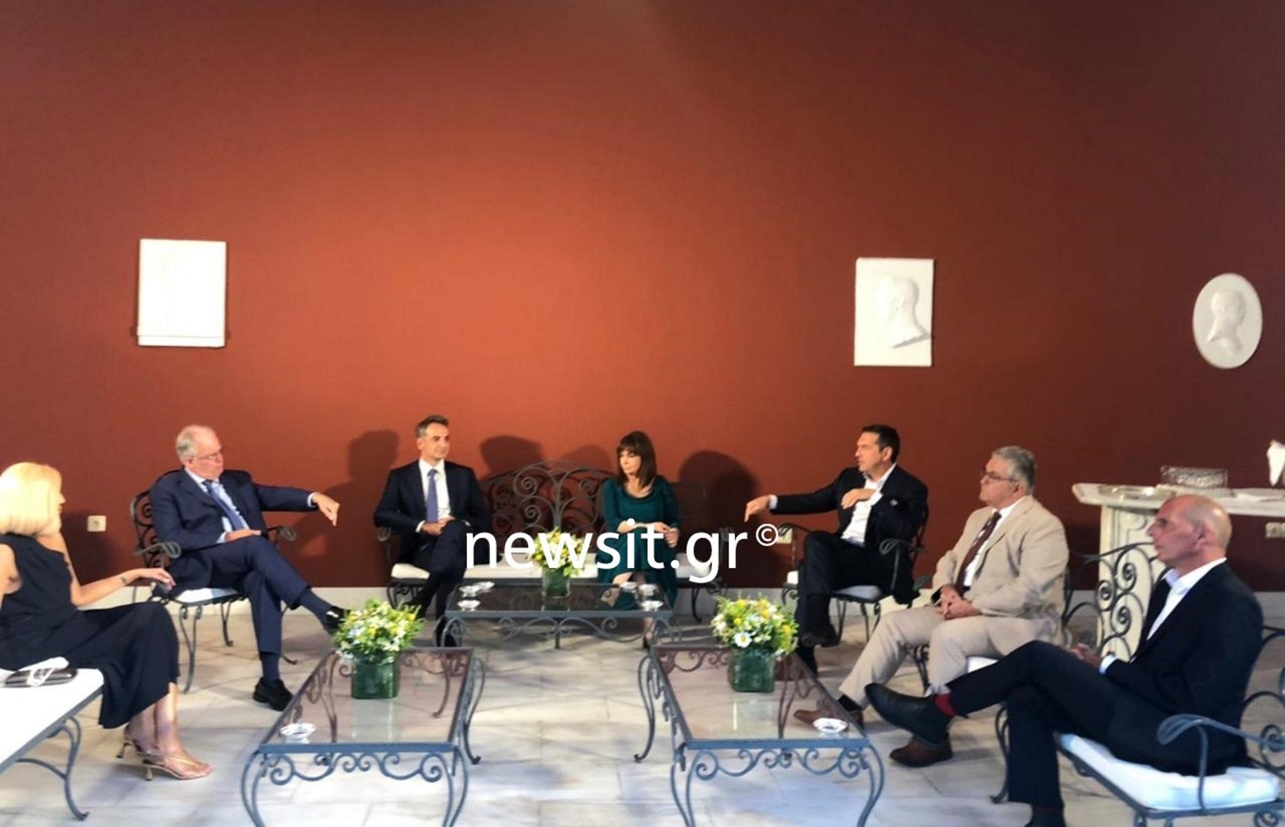 Δεξίωση στο Προεδρικό Μέγαρο: Τι συζήτησαν οι πολιτικοί αρχηγοί στο κιόσκι