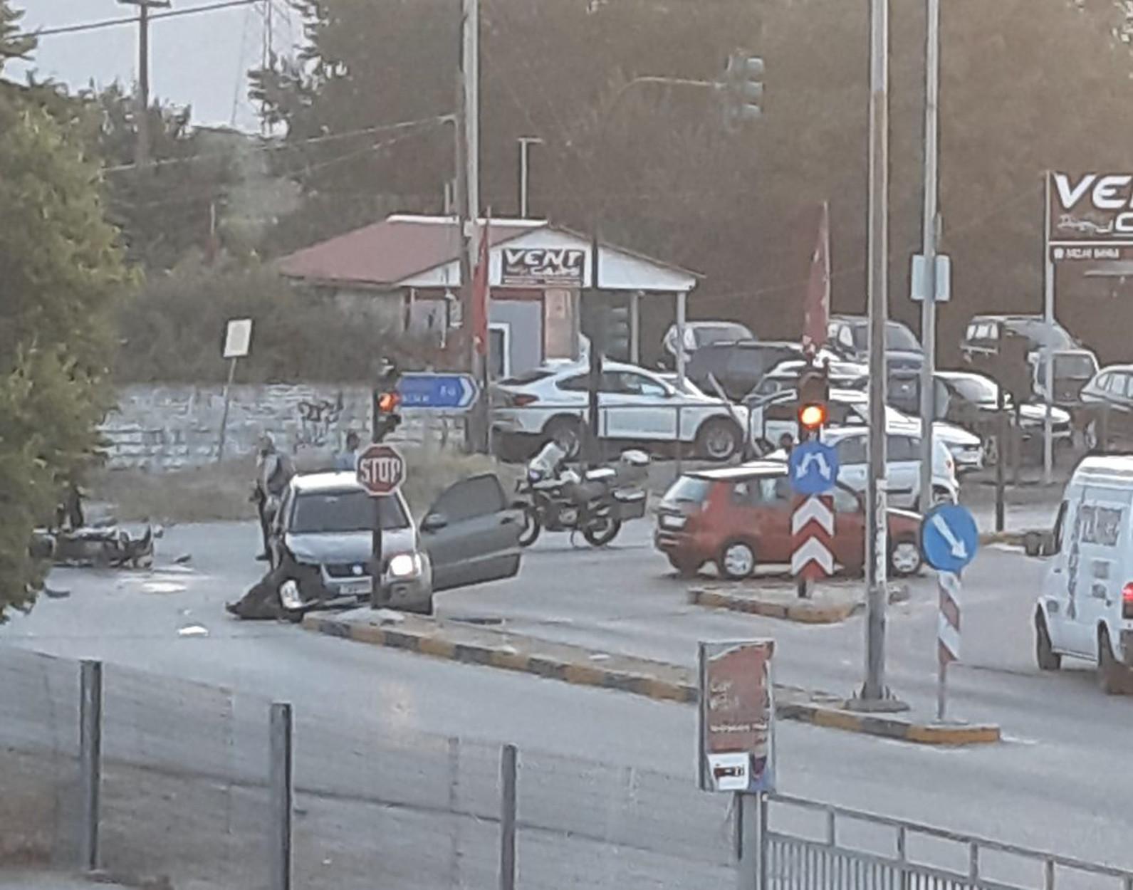 Λάρισα: Αυτοκίνητο χτύπησε μηχανή – Σοβαρά τραυματισμένος ο οδηγός που «εκτινάχτηκε» και έπεσε σε φανάρι