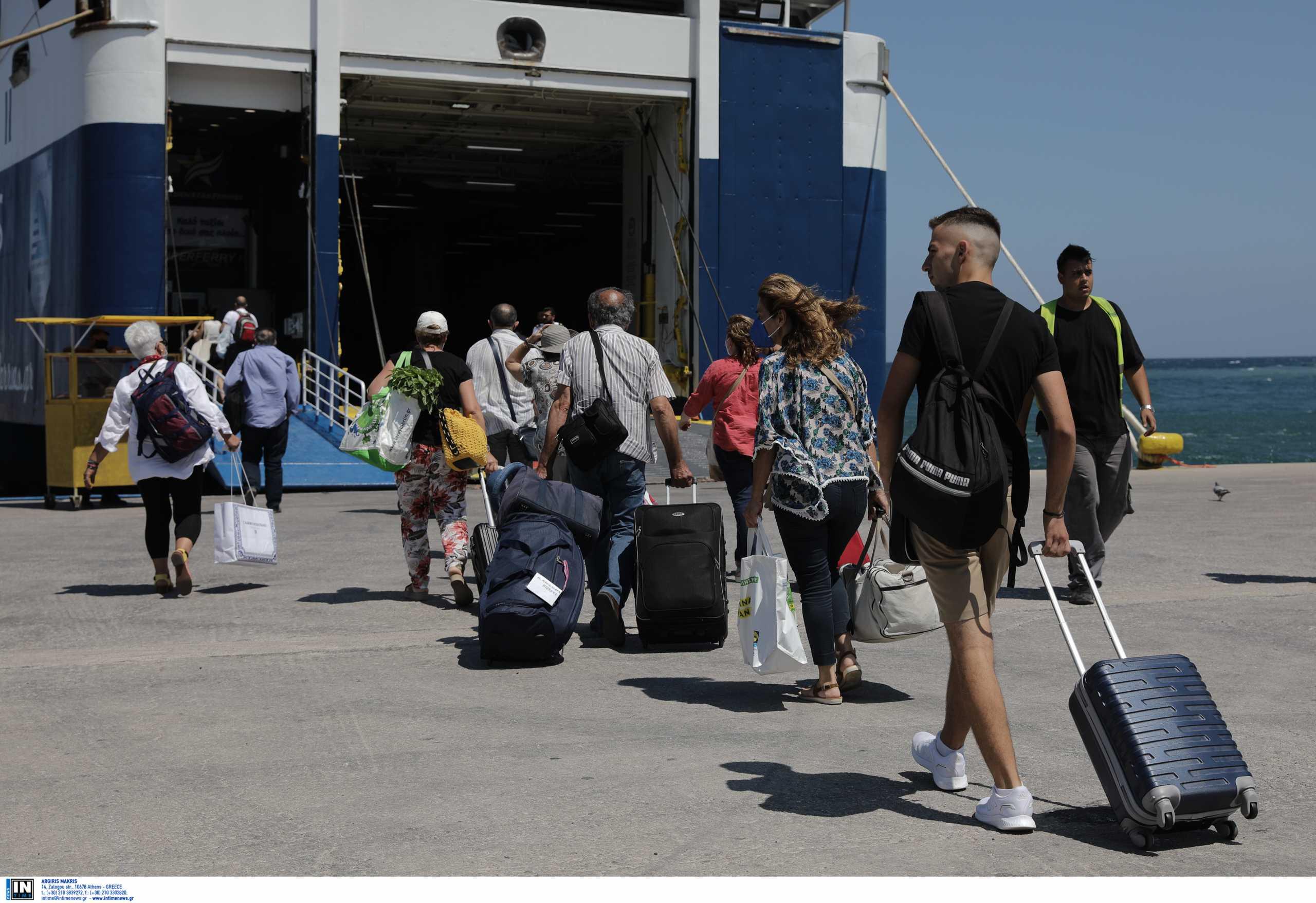 Ουρές 100 μέτρων στα πλοία του Πειραιά – Πώς γίνονται τα ταξίδια