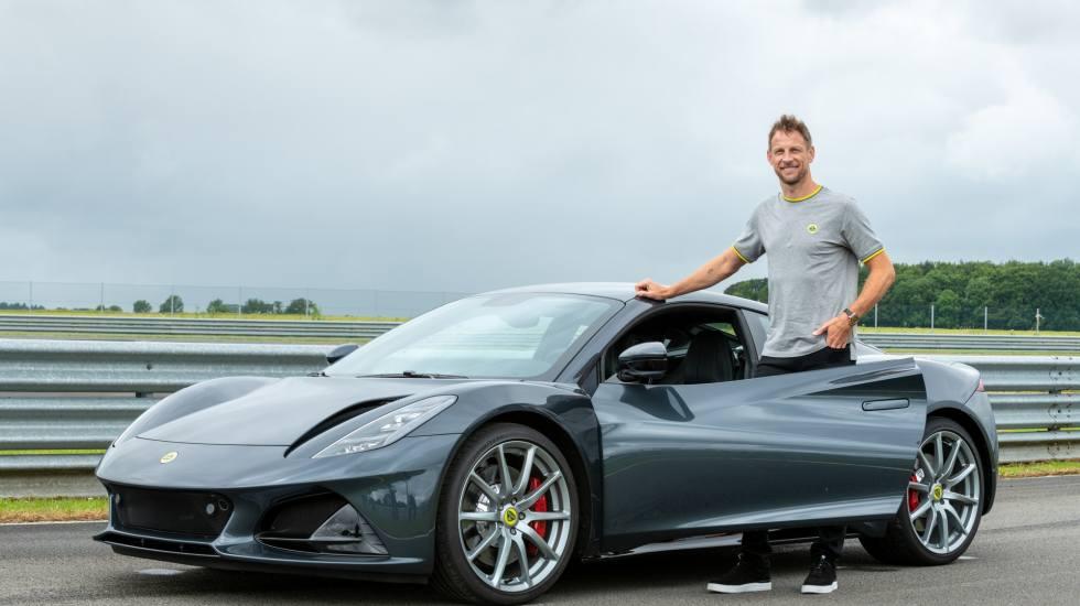 Ο Jenson Button οδηγεί τη νέα Lotus Emira (video)