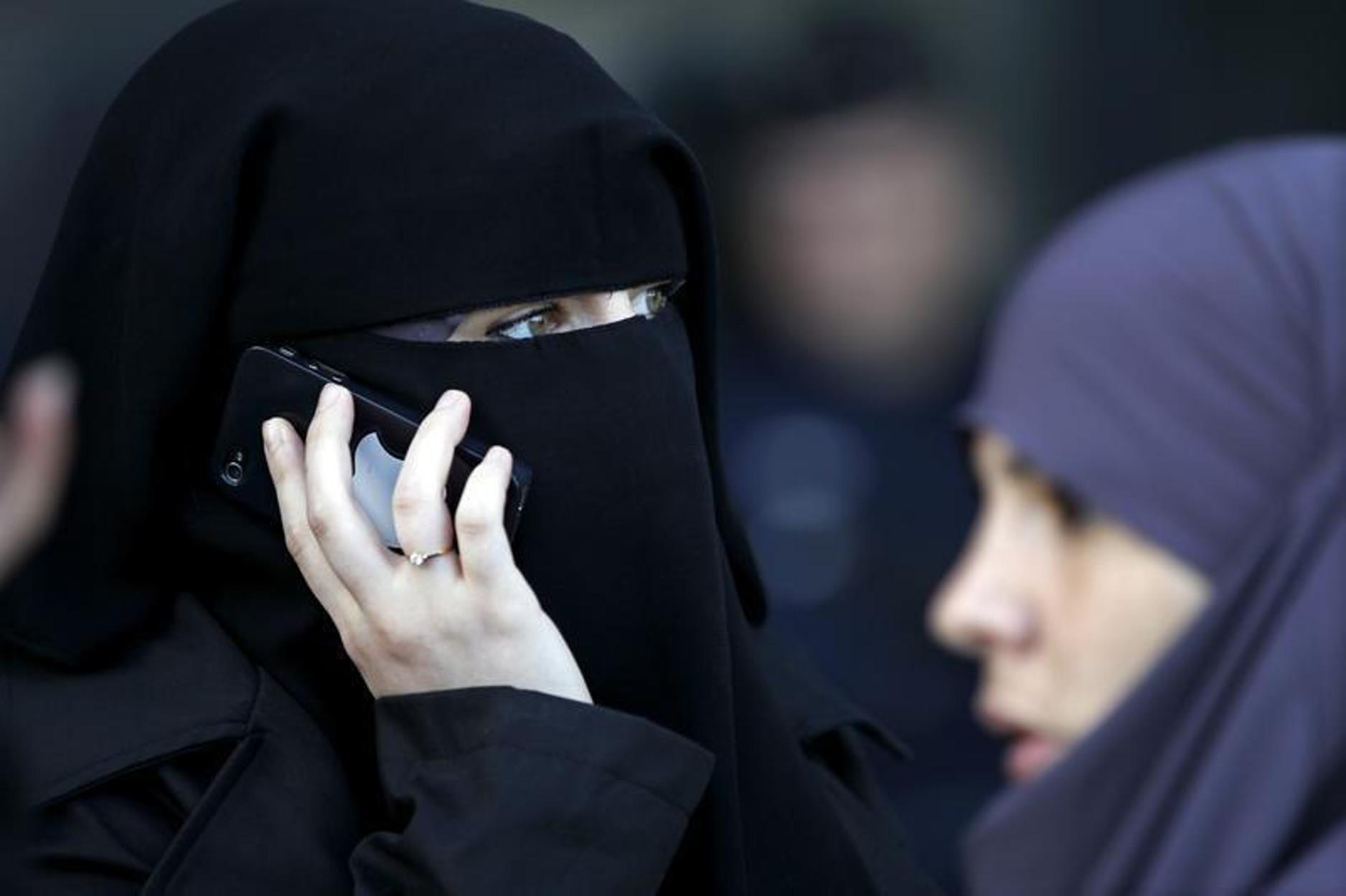 Δικαστήριο Ε.Ε: «Πράσινο φως» σε εταιρείες για να απαγορεύουν τη μαντίλα σε μουσουλμάνες