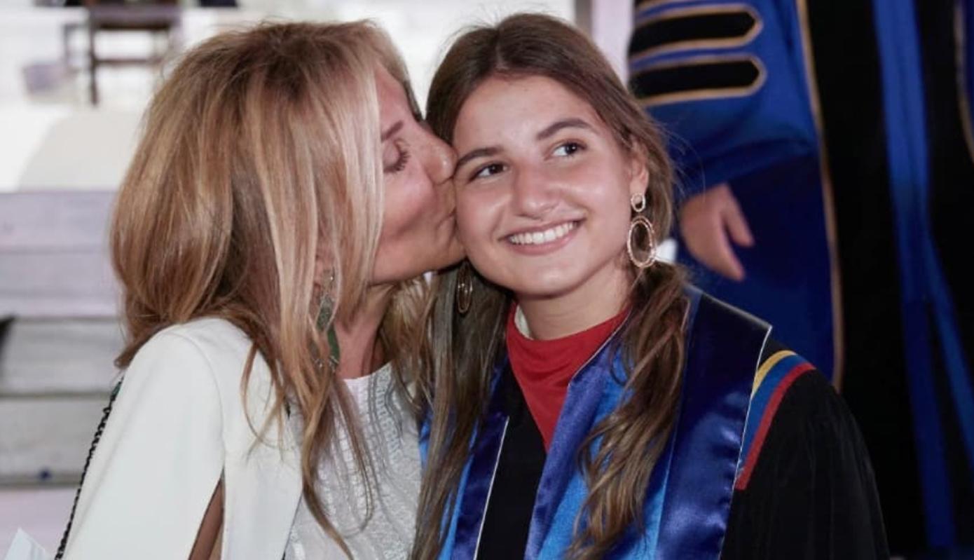 Υπερήφανη μαμά η Μαρέβα Γκραμπόφσκι Μητσοτάκη: Το φιλί στη Δάφνη για την αποφοίτηση