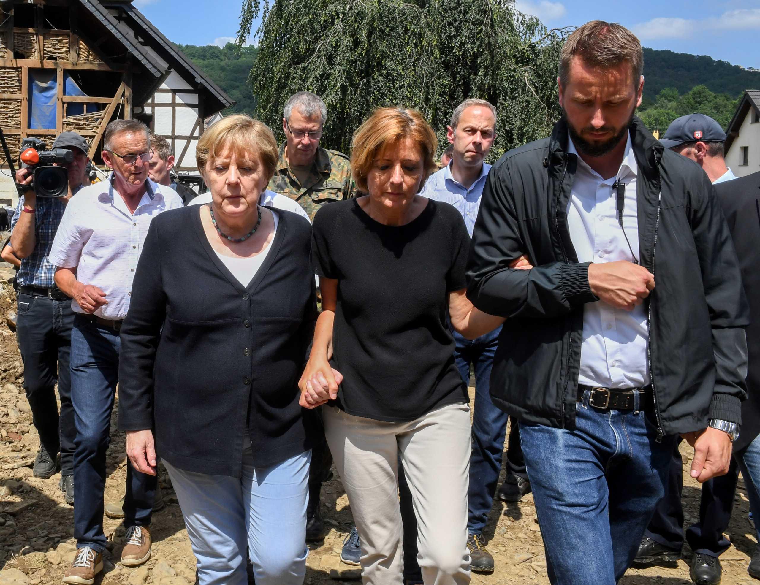 Γερμανία: Συγκλονισμένη Μέρκελ στον τόπο της τραγωδίας