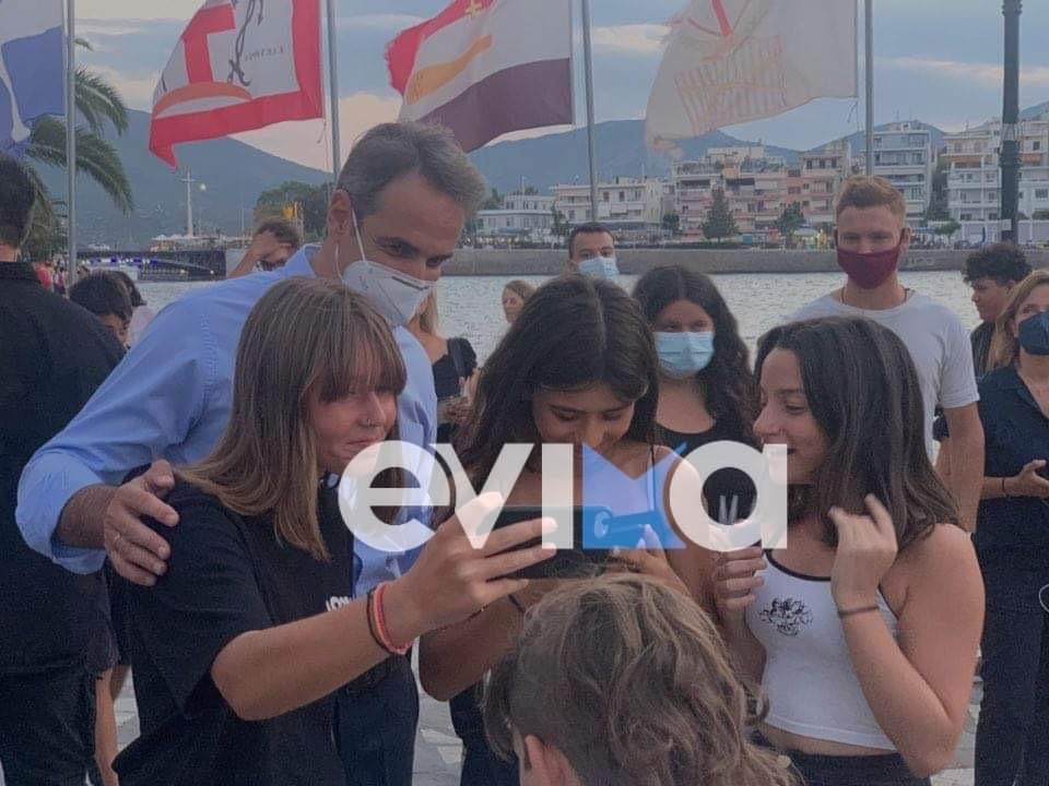 Κυριάκος Μητσοτάκης: Η τρυφερή φωτογραφία στην παραλία της Χαλκίδας