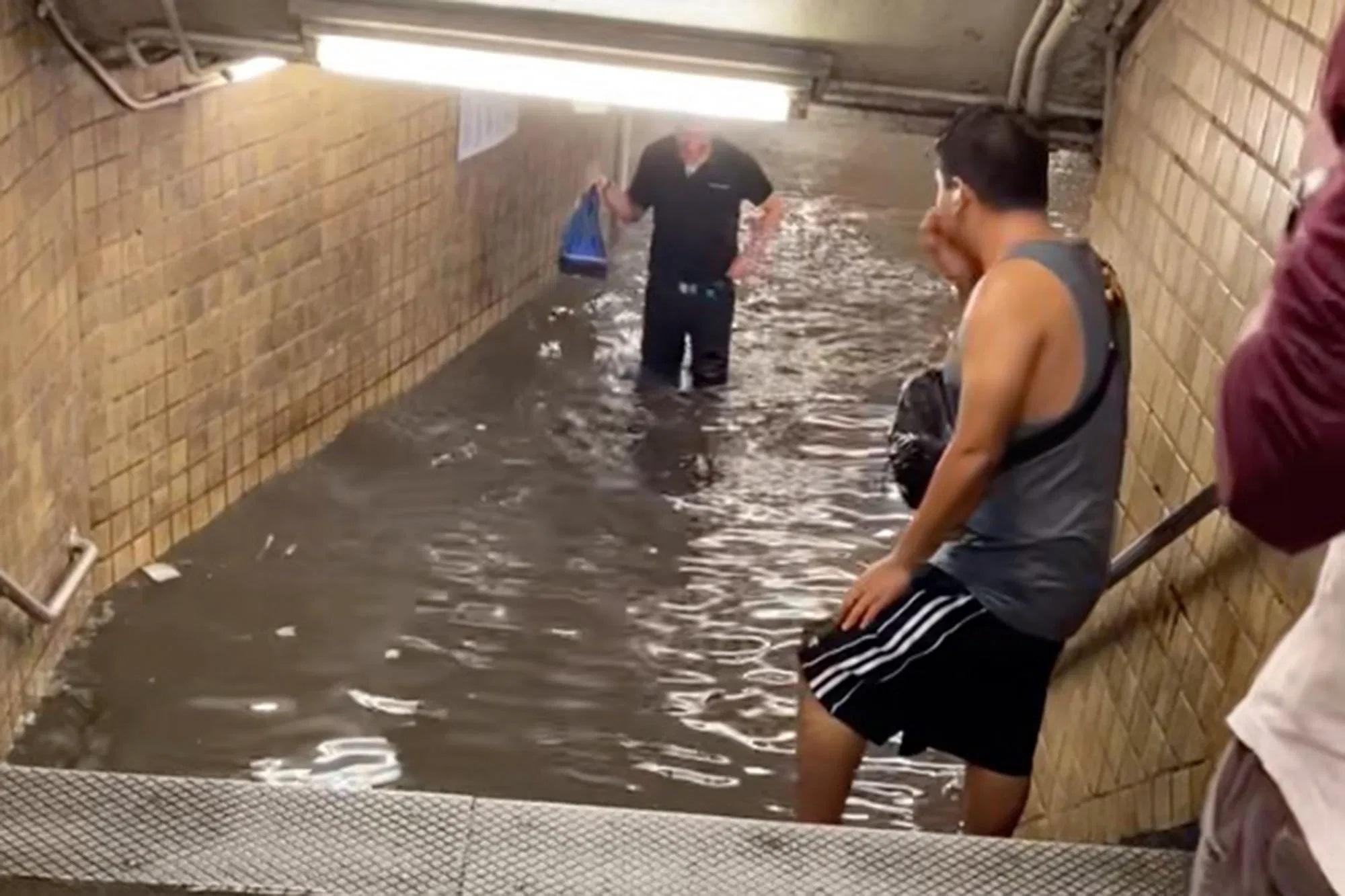 Νέα Υόρκη: Σταθμοί του Μετρό μετατράπηκαν σε λίμνες – Απίστευτες εικόνες