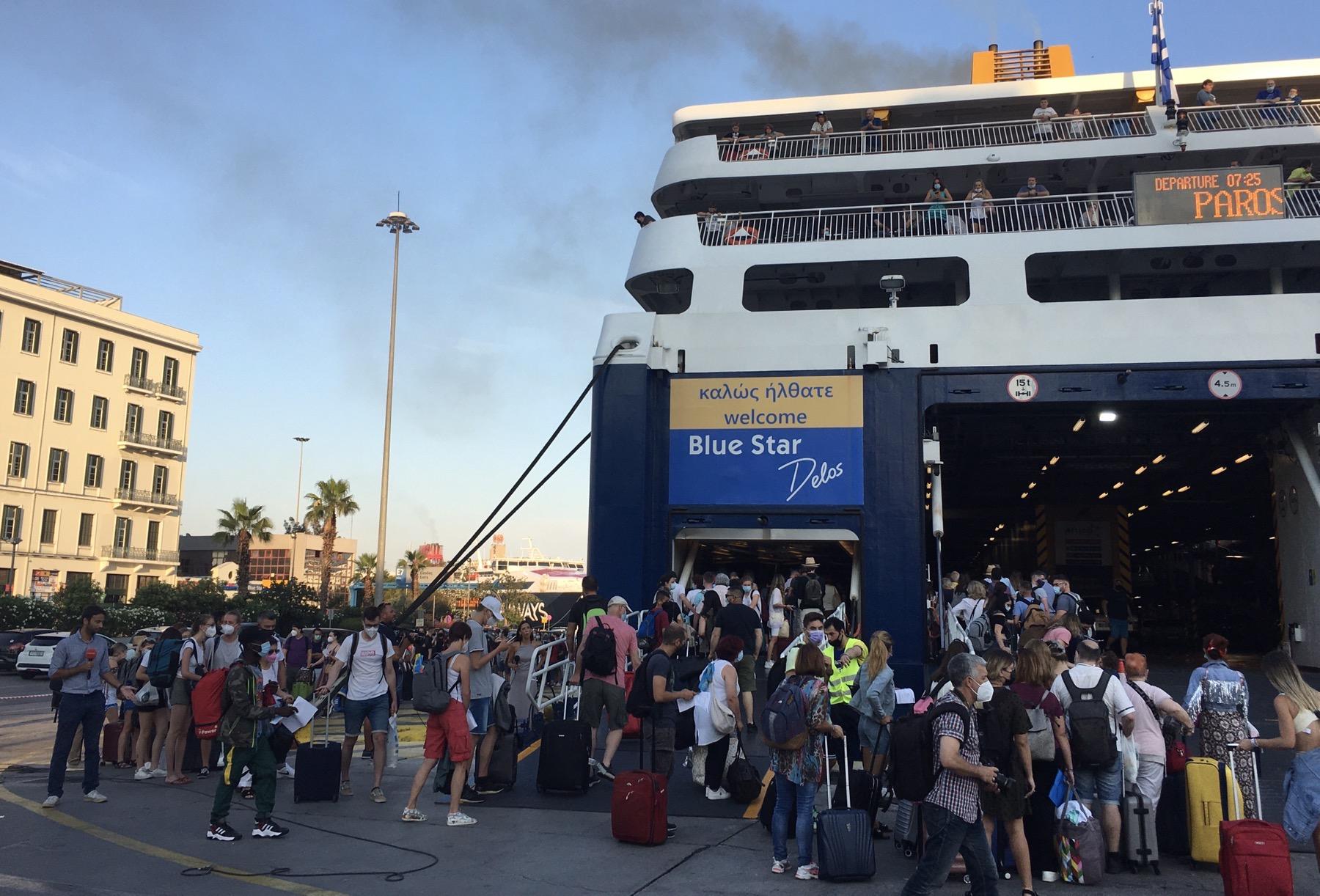 Νέα μέτρα: Πόσοι από τους 1.800 ταξιδιώτες για Κυκλάδες δεν πέρασαν τον καταπέλτη του πλοίου