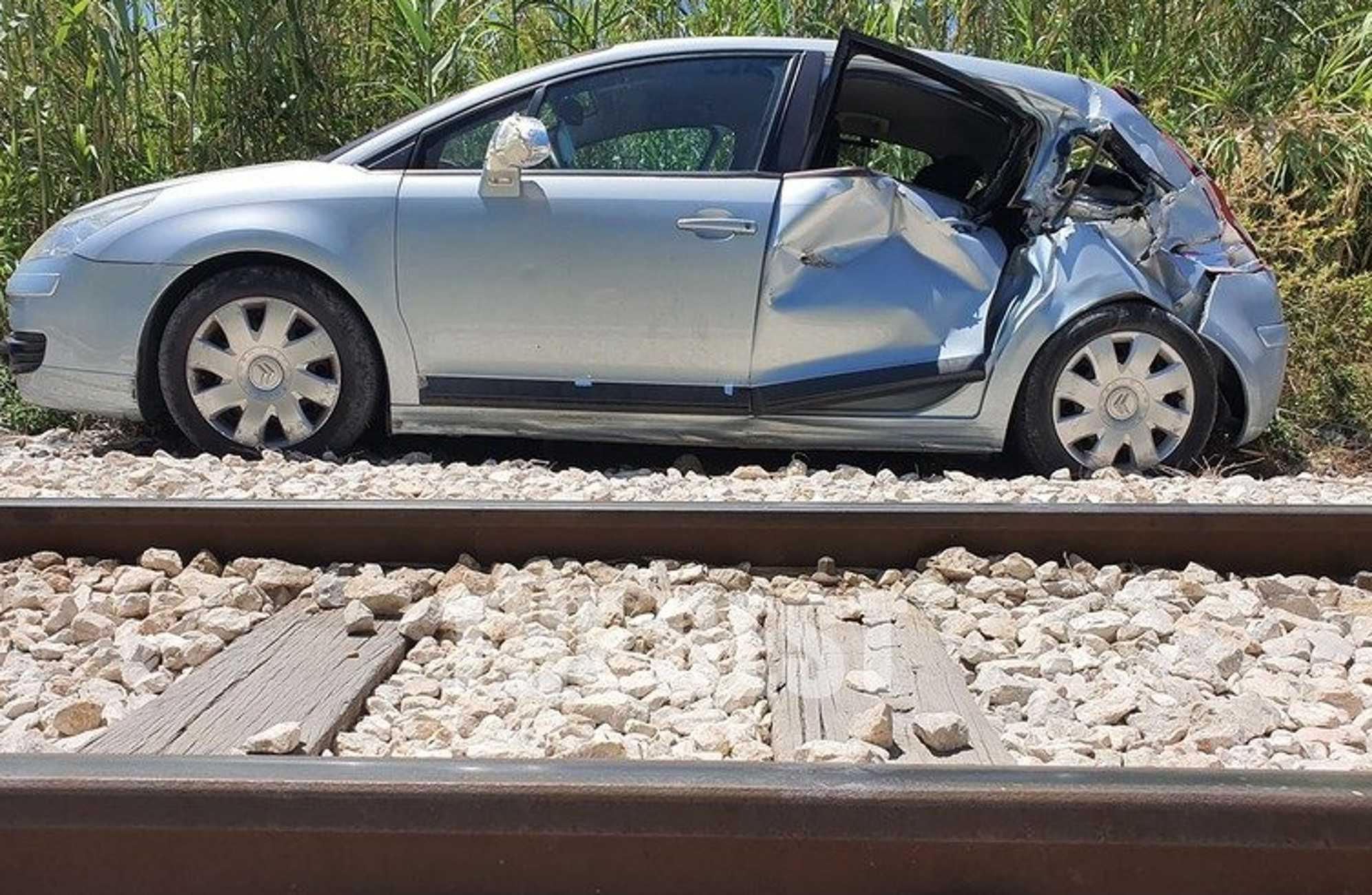 Πάτρα: Τροχαίο στις ράγες του Προαστιακού – Αυτοκίνητο βγήκε ανάποδα από πάρκινγκ