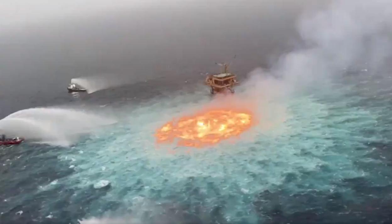 «Πύρινο μάτι»: Έσβησαν τη φωτιά στην επιφάνεια του ωκεανού στο Μεξικό