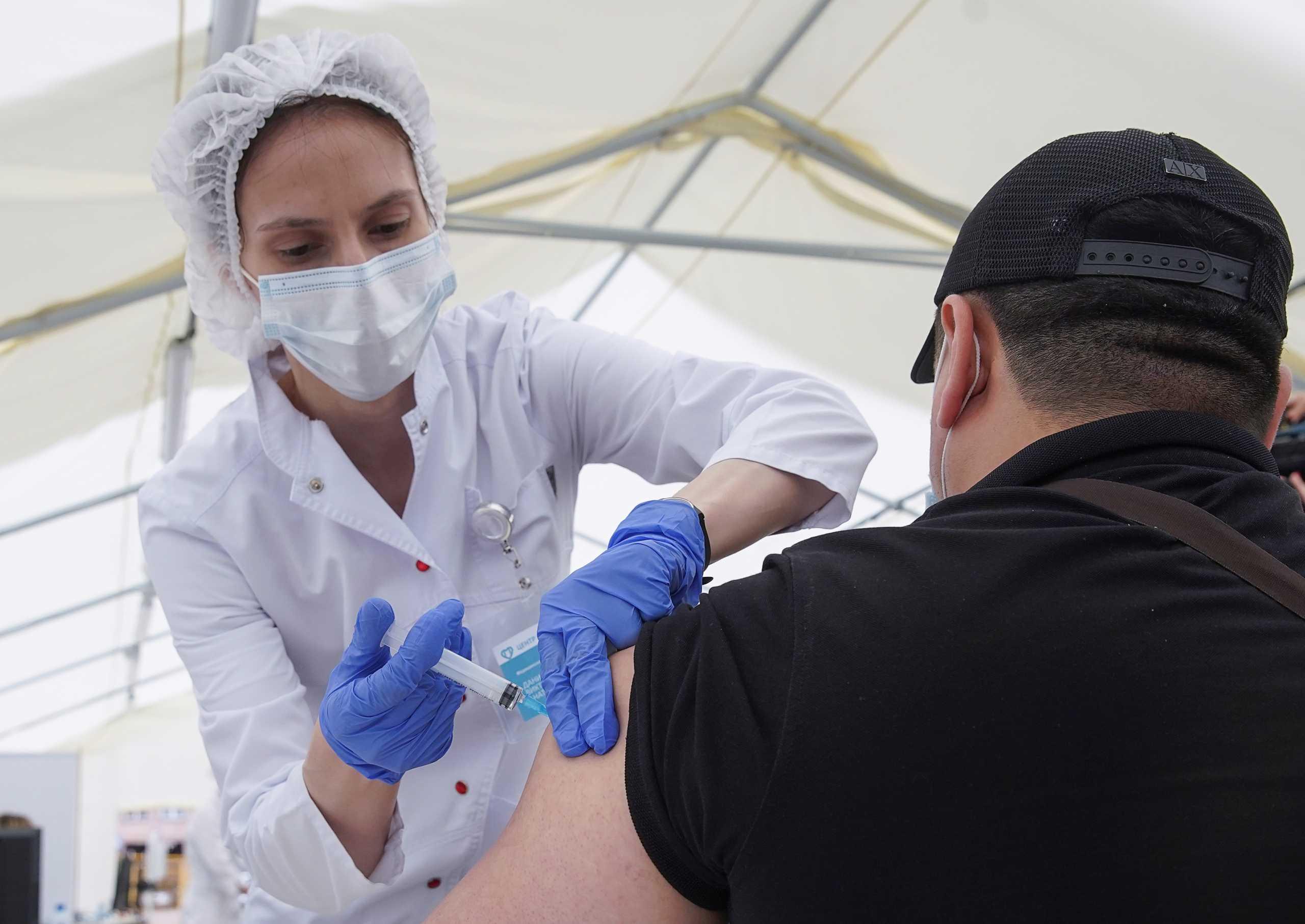 Ρωσία: Εξαντλήθηκαν τα εμβόλια EpiVacCorona στη Μόσχα και σταμάτησαν προσωρινά οι εμβολιασμοί
