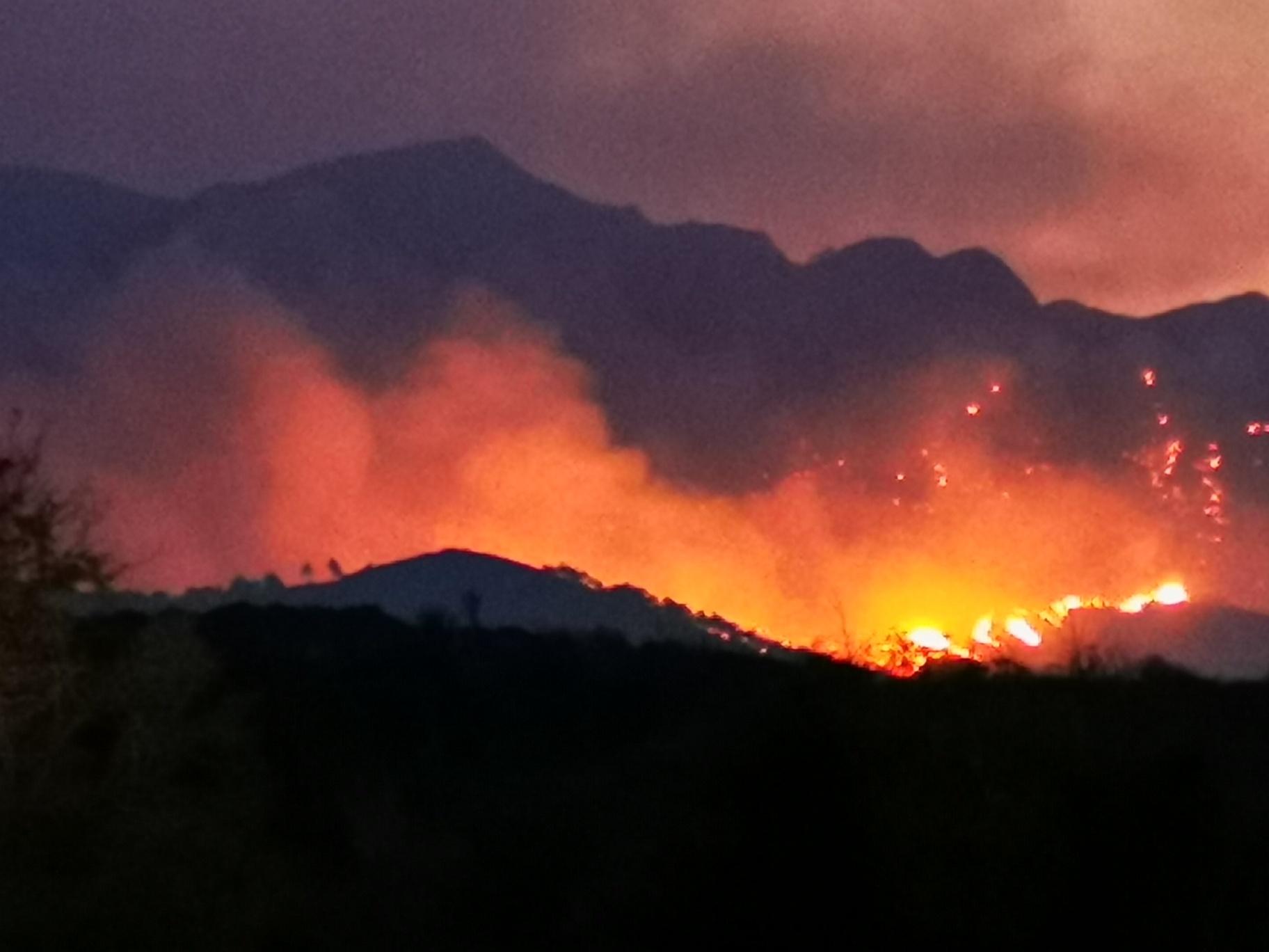 Φωτιά στη Σάμο: Δύσκολη νύχτα στο Κοκκάρι – Έχουν εκκενωθεί ξενοδοχεία και σπίτια