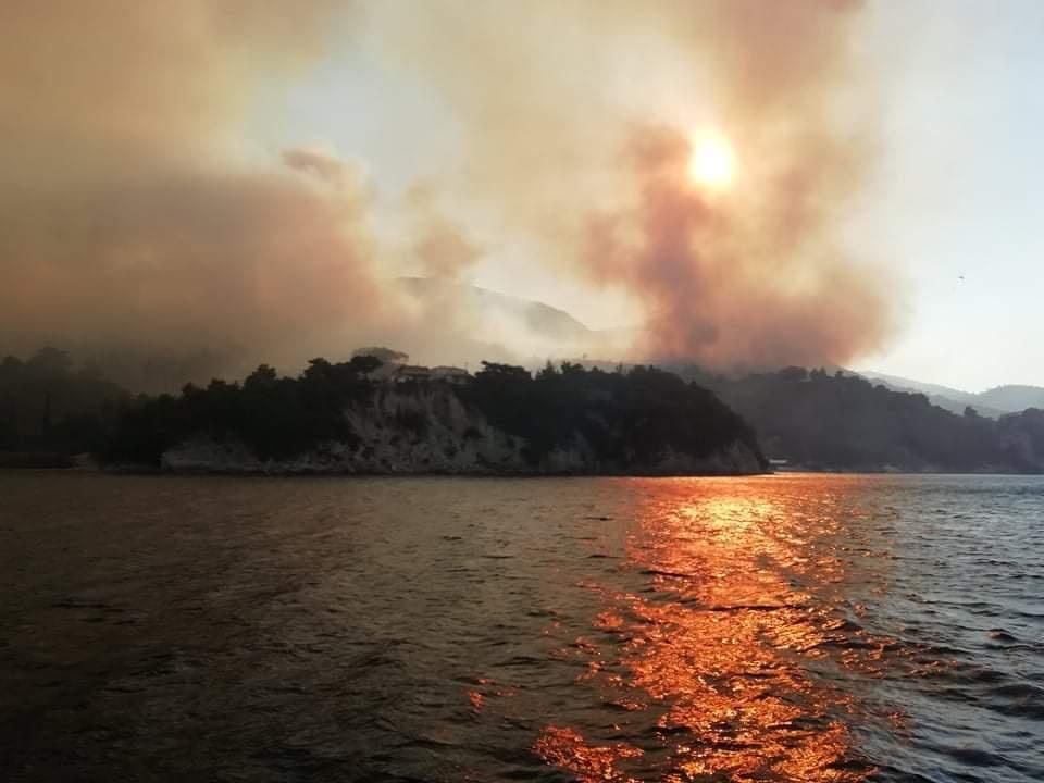 Φωτιά στην Σάμο: Συνεχίζεται η μεγάλη μάχη με τις φλόγες – Ενισχύονται οι δυνάμεις της Πυροσβεστικής