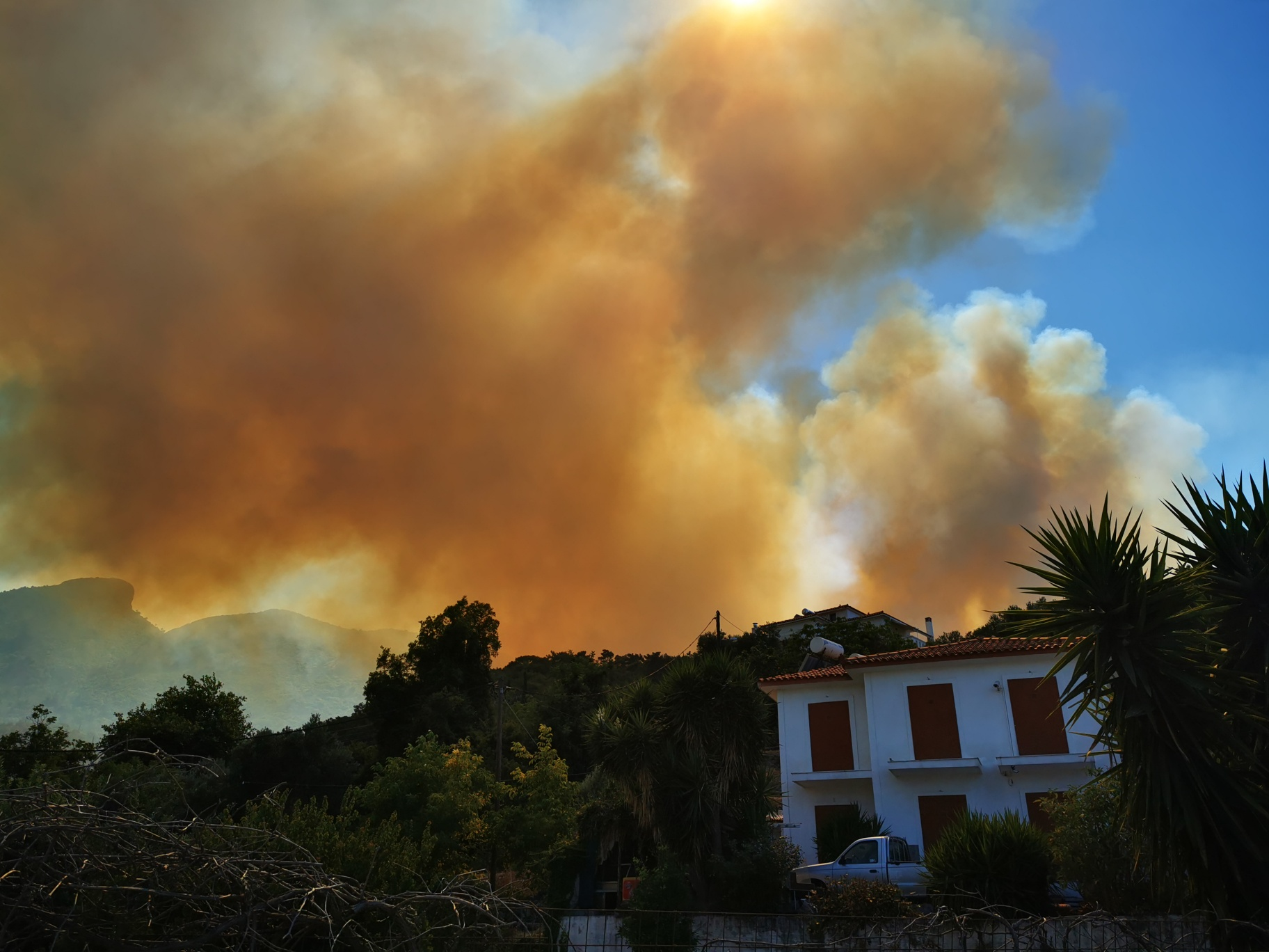«Φούντωσε» η φωτιά στη Σάμο – Καίει ανεξέλεγκτη