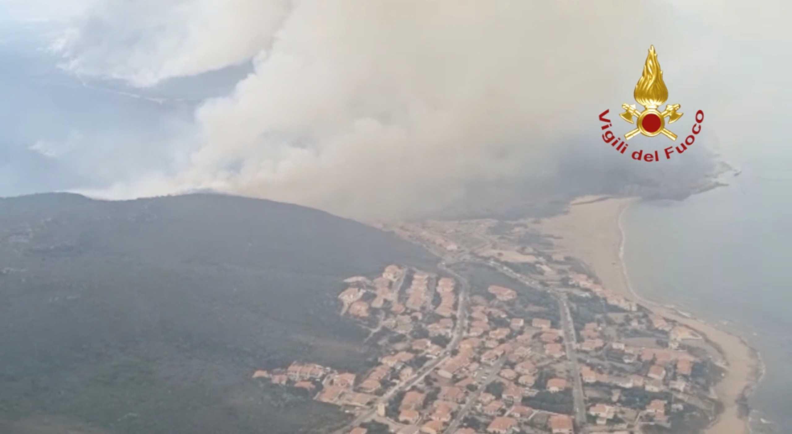 Ιταλία: Παραμένει εκτός ελέγχου η φωτιά στην Σαρδηνία – Βοήθεια από την Ελλάδα με 2 καναντέρ
