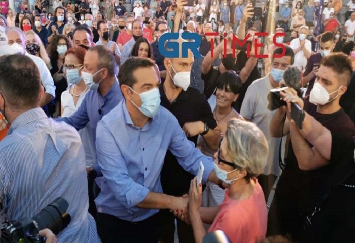 Με χειροκροτήματα και αγκαλιές περίμεναν τον Τσίπρα στη Θεσσαλονίκη