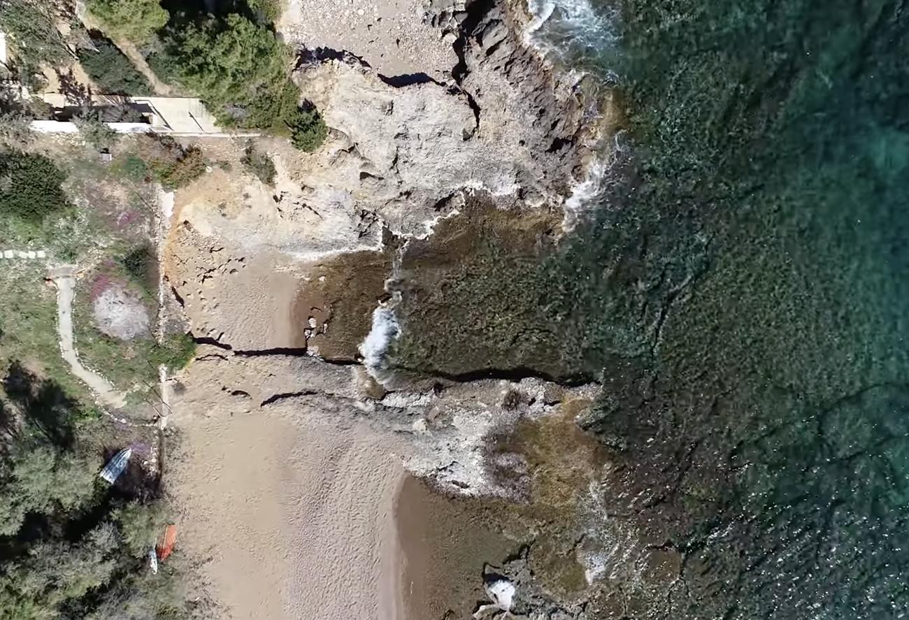 Κάτω Σούνιο. Οι κρυφές και ασφαλείς μοναχικές παραλίες που χωράνε μόνο δύο πετσέτες