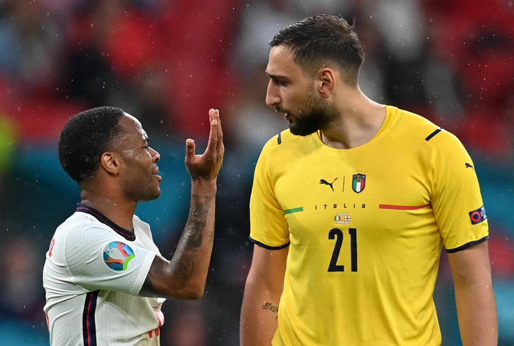 Euro 2020, Ιταλία – Αγγλία: Τα «άκουσε» ο Στέρλινγκ για ένα πέναλτι