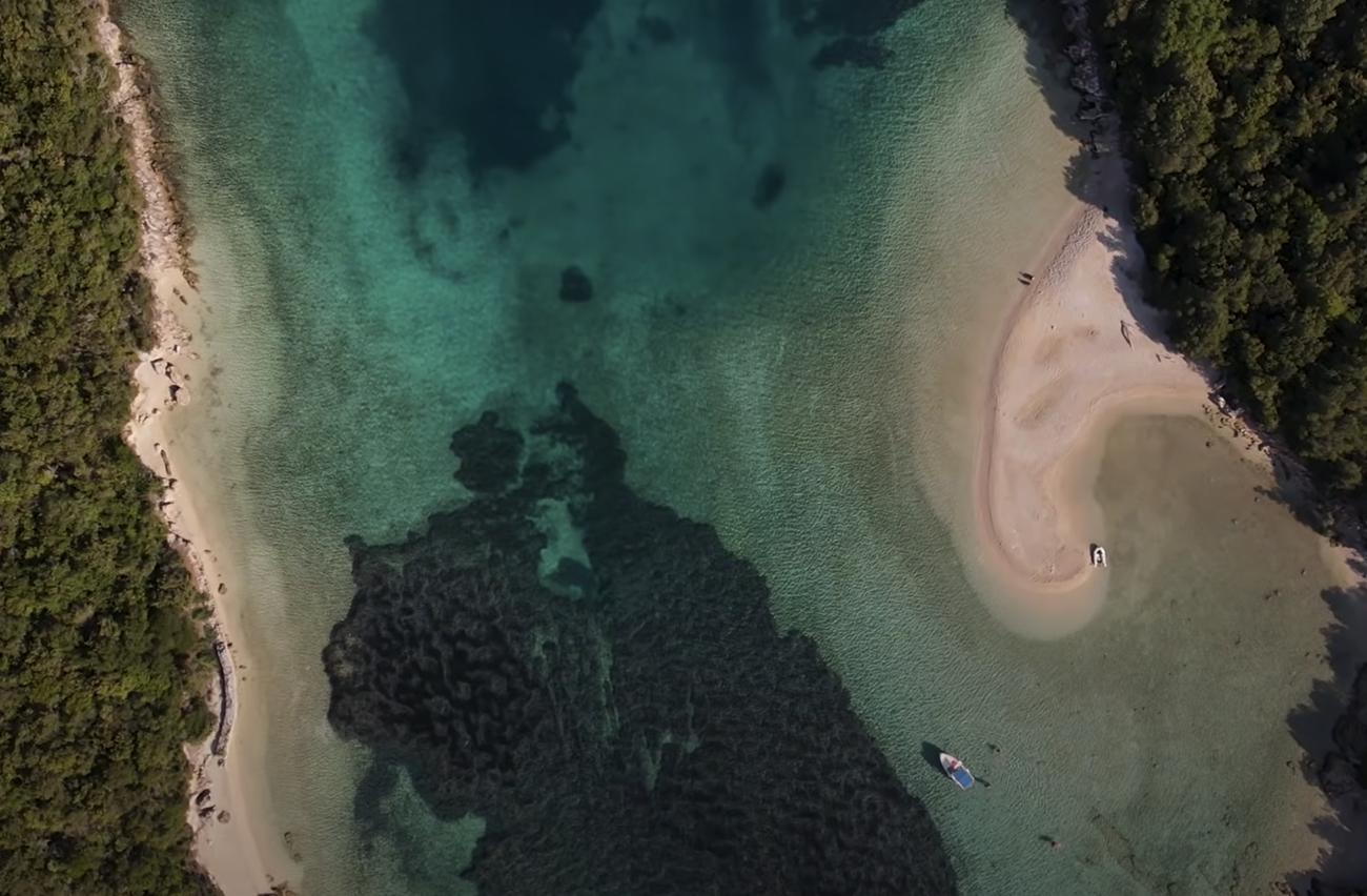 Η κρυφή αμμόγλωσσα της Ελλάδας με τα γαλαζοπράσινα νερά