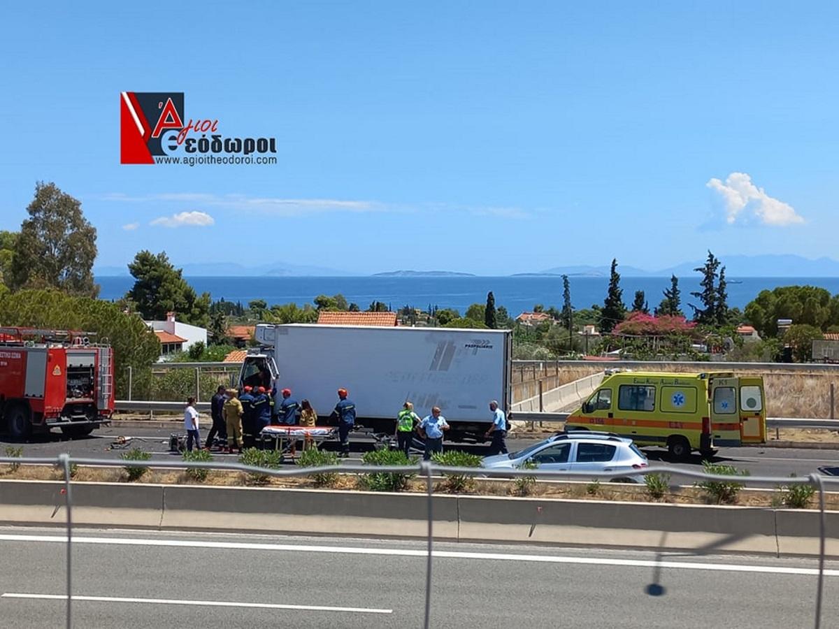 Άγιοι Θεόδωροι: Εγκλωβίστηκε οδηγός μετά από σοβαρό τροχαίο – Συγκρούστηκαν δύο νταλίκες