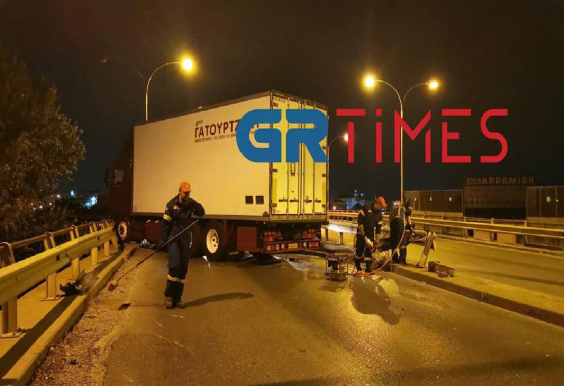 Θεσσαλονίκη: Φορτηγό «καρφώθηκε» σε μεταλλικές μπάρες