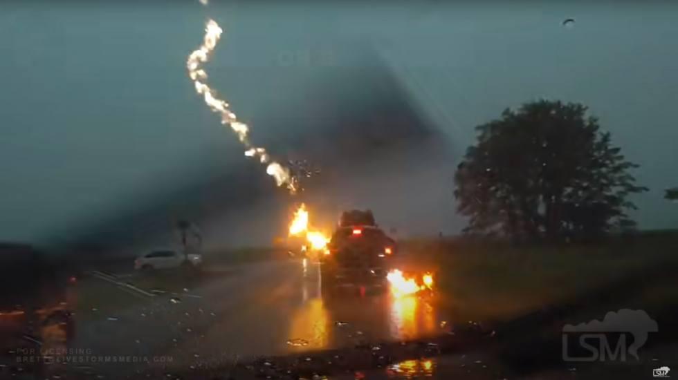 Σοκαριστικό: Κεραυνός κτυπάει ένα Jeep Grand Cherokee εν κινήσει! (video)