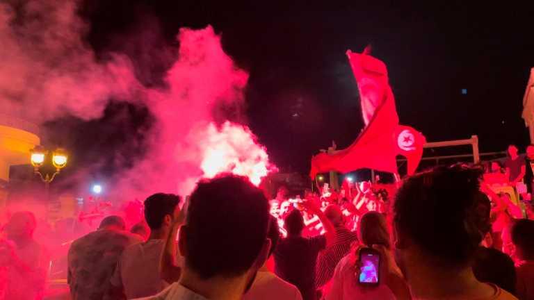 Τυνησία: Χάος στη χώρα! Ο πρόεδρος «τελείωσε» πρωθυπουργό και Βουλή - Περικυκλώθηκε από οχήματα το Κοινοβούλιο