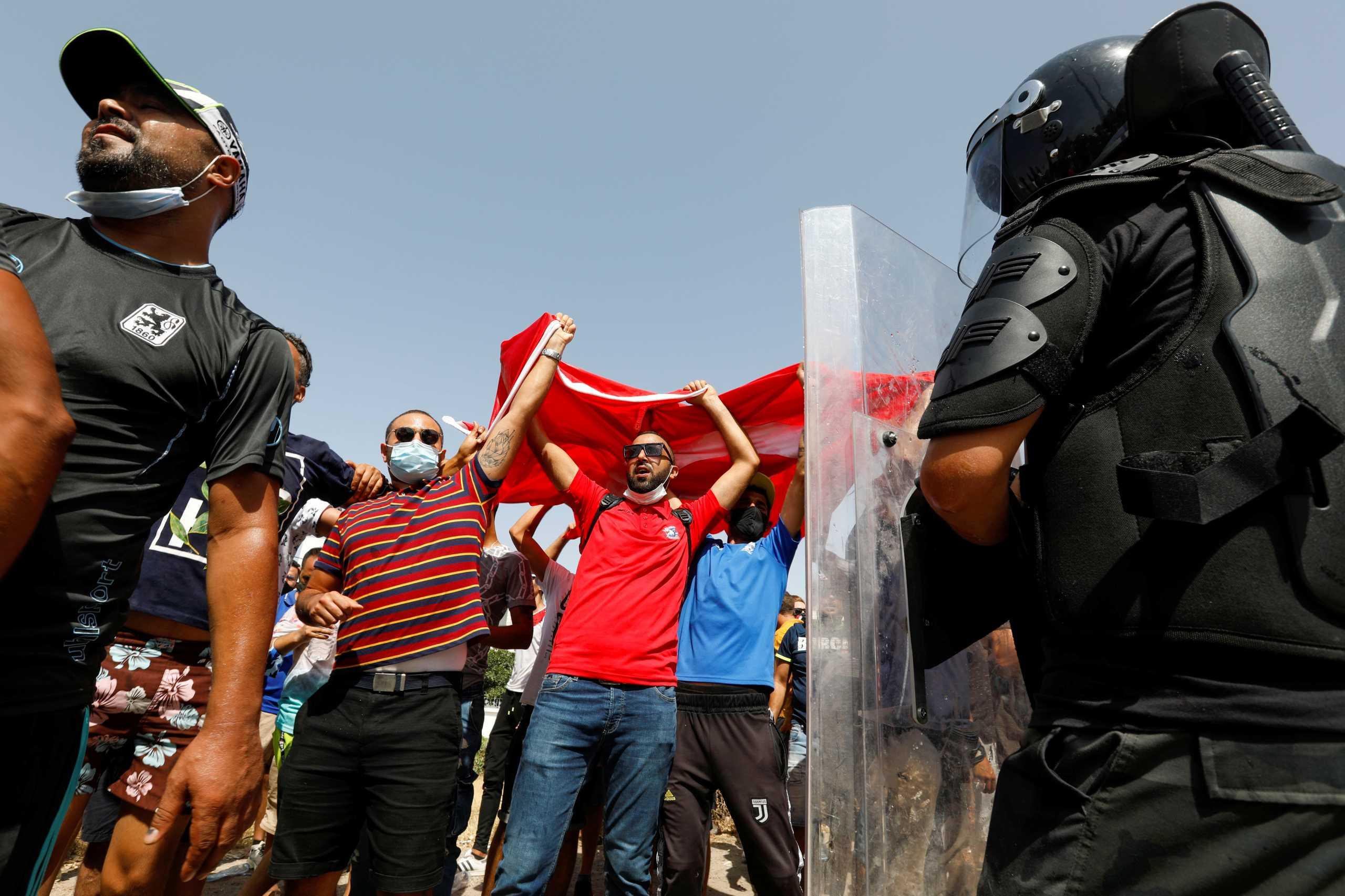 Τυνησία: Ο στρατός περικύκλωσε το πρωθυπουργικό μέγαρο – Μαζικές διαδηλώσεις στην Τύνιδα