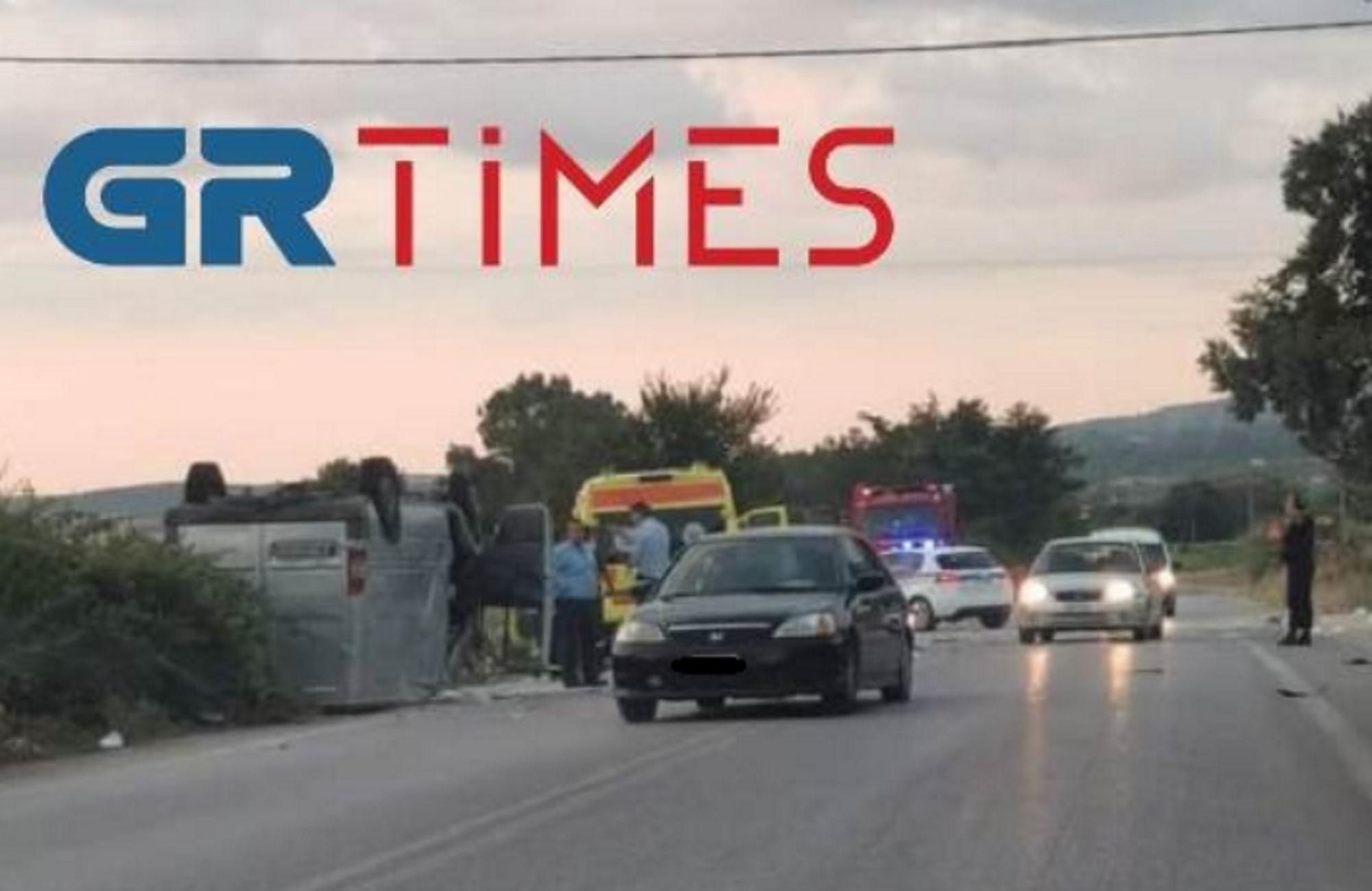 Θεσσαλονίκη: Δύο νεκροί σε τροχαίο – Αυτοψία στο σημείο που συγκρούστηκε τρακτέρ με φορτηγάκι