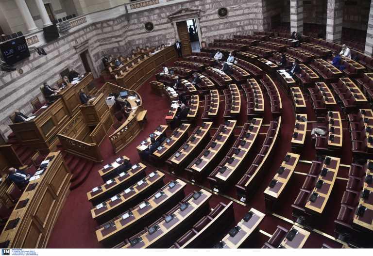 Υποχρεωτικός εμβολιασμός: Ανέβηκαν οι τόνοι στη Βουλή στις τοποθετήσεις των κομμάτων