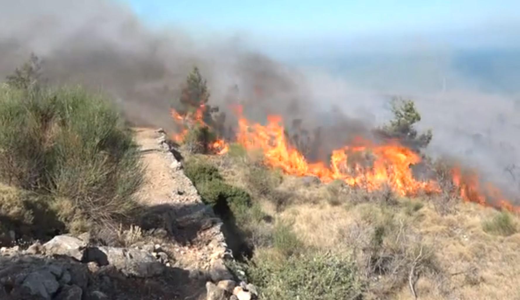 Μεγάλη φωτιά στη Χίο – Απειλεί το χωριό Κατάβαση