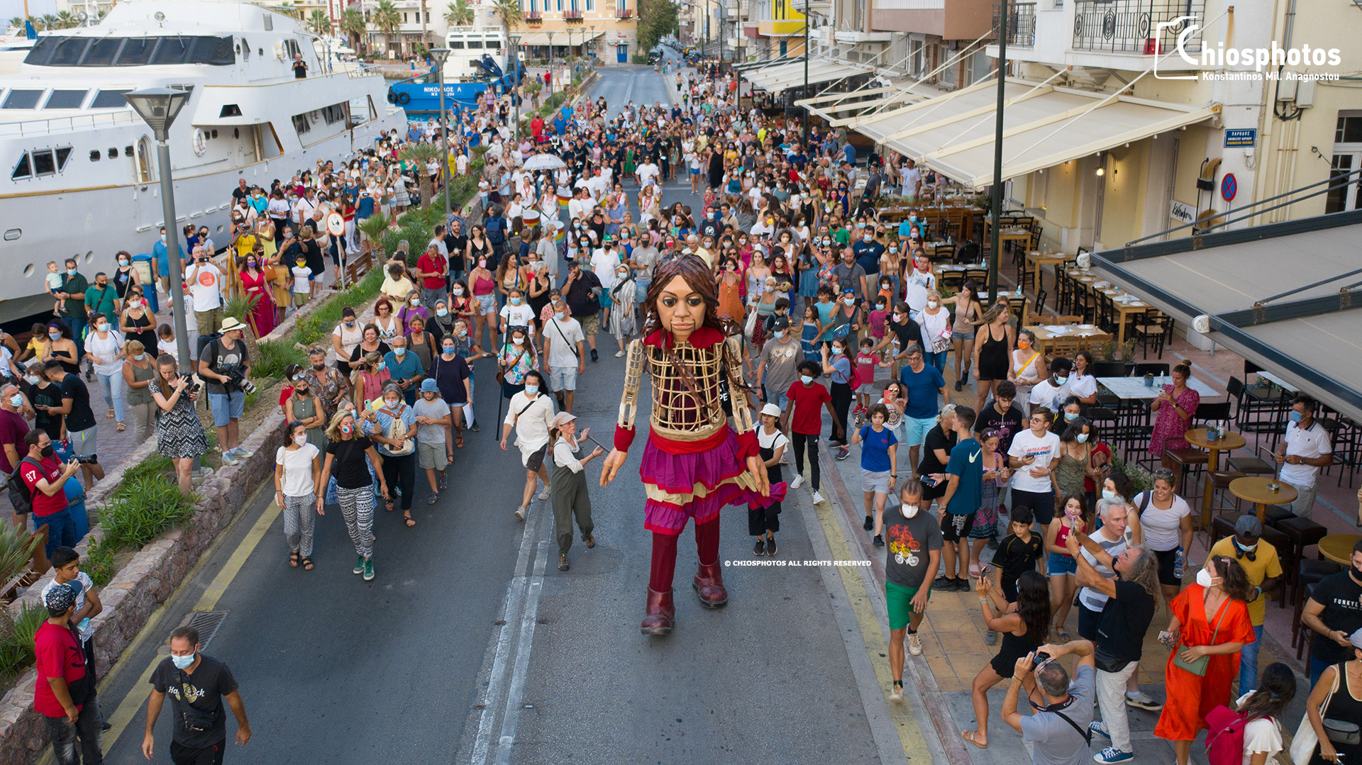 Η κούκλα – προσφυγοπούλα ύψους 3,5 μέτρων έφτασε στην Ελλάδα και περπάτησε στη Χίο