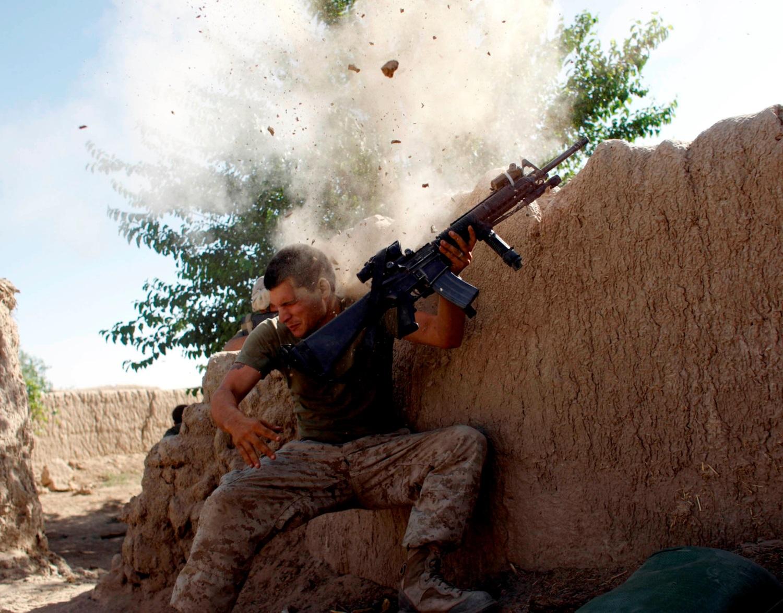 WSJ: Αμερικανοί πεζοναύτες πυροβόλησαν και σκότωσαν δύο ενόπλους στο αεροδρόμιο της Καμπούλ