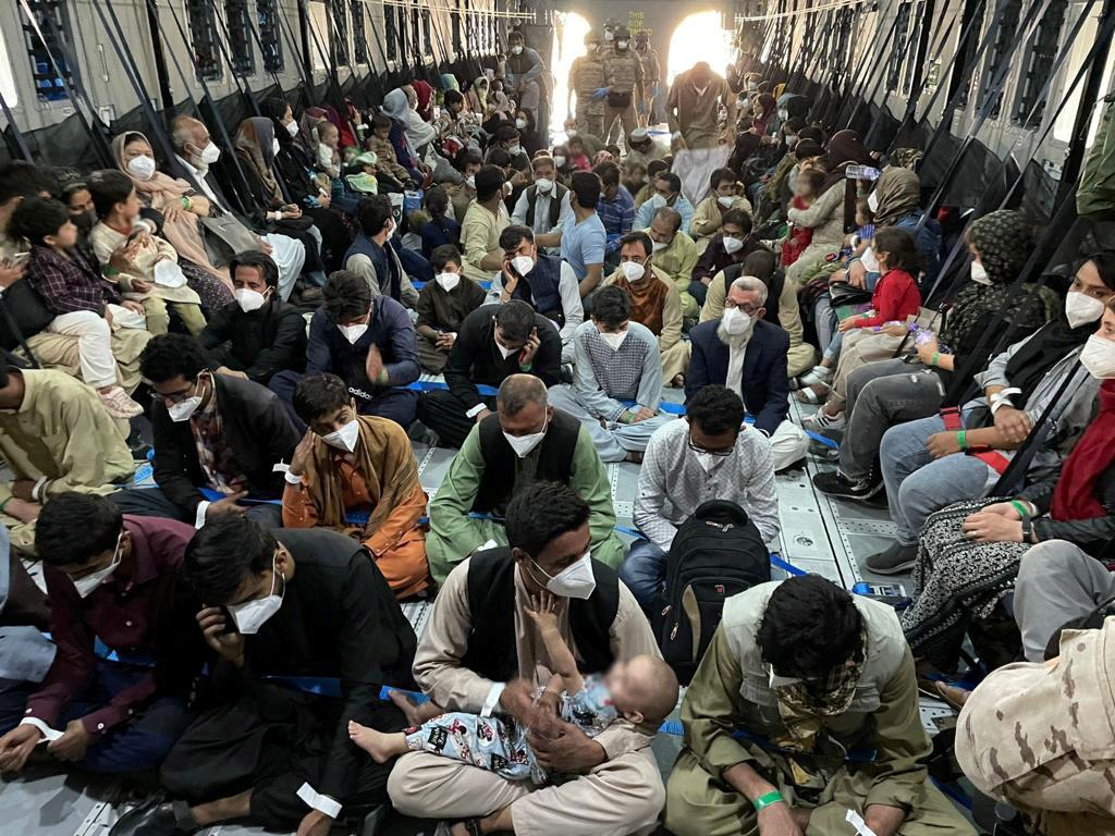 Αφγανιστάν: 10.000 άνθρωποι περιμένουν στο αεροδρόμιο της Καμπούλ για να φύγουν