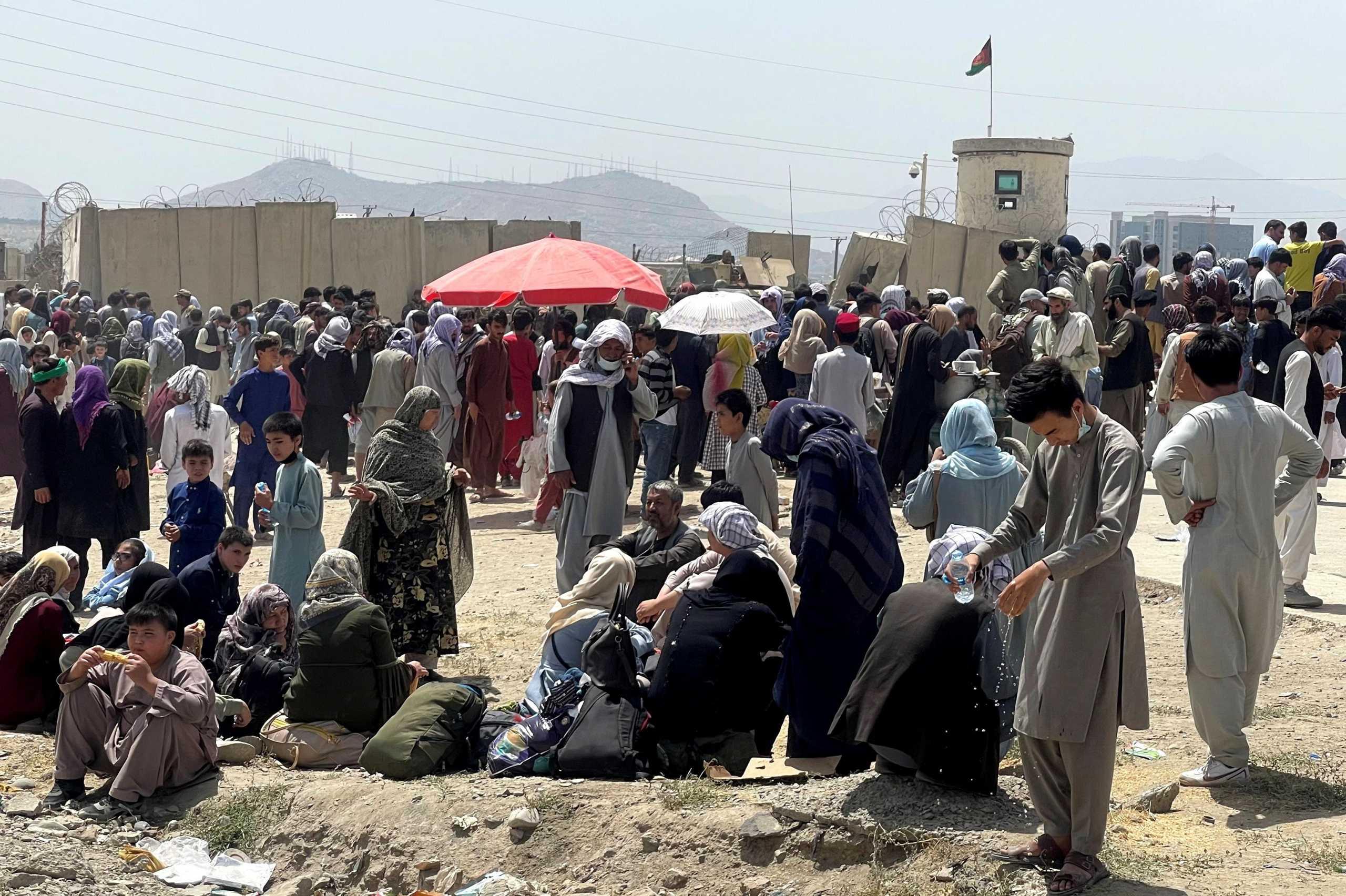 Αμερικανοί στρατιώτες έριξαν πυρά για να ελέγξουν το πλήθος στο αεροδρόμιο της Καμπούλ