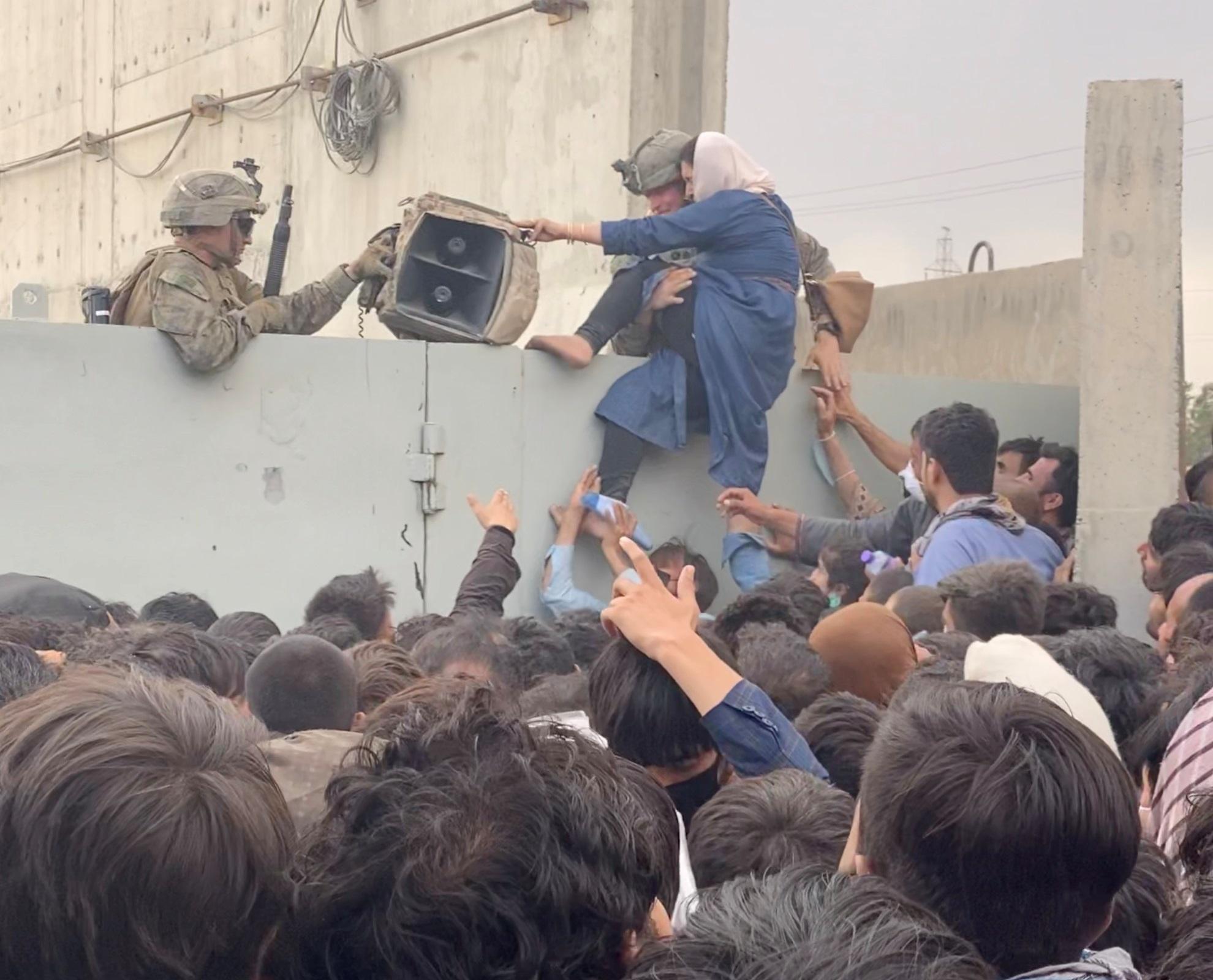 Χάος στο αεροδρόμιο της Καμπούλ – Οι Ταλιμπάν δεσμεύονται ότι θα λογοδοτήσουν για τις ενέργειές τους