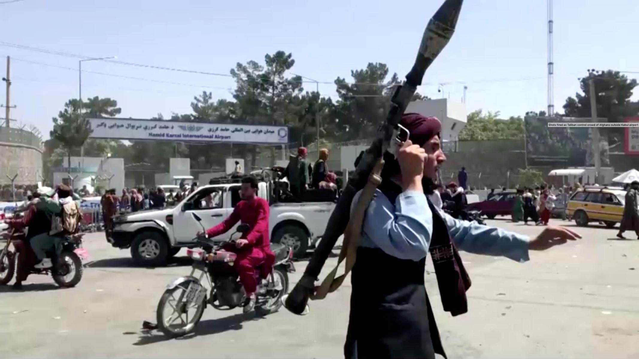 Αφγανιστάν: Φόβοι για τρομοκρατικό χτύπημα κατά την επιχείρηση εκκένωσης – Χάος στη Καμπούλ
