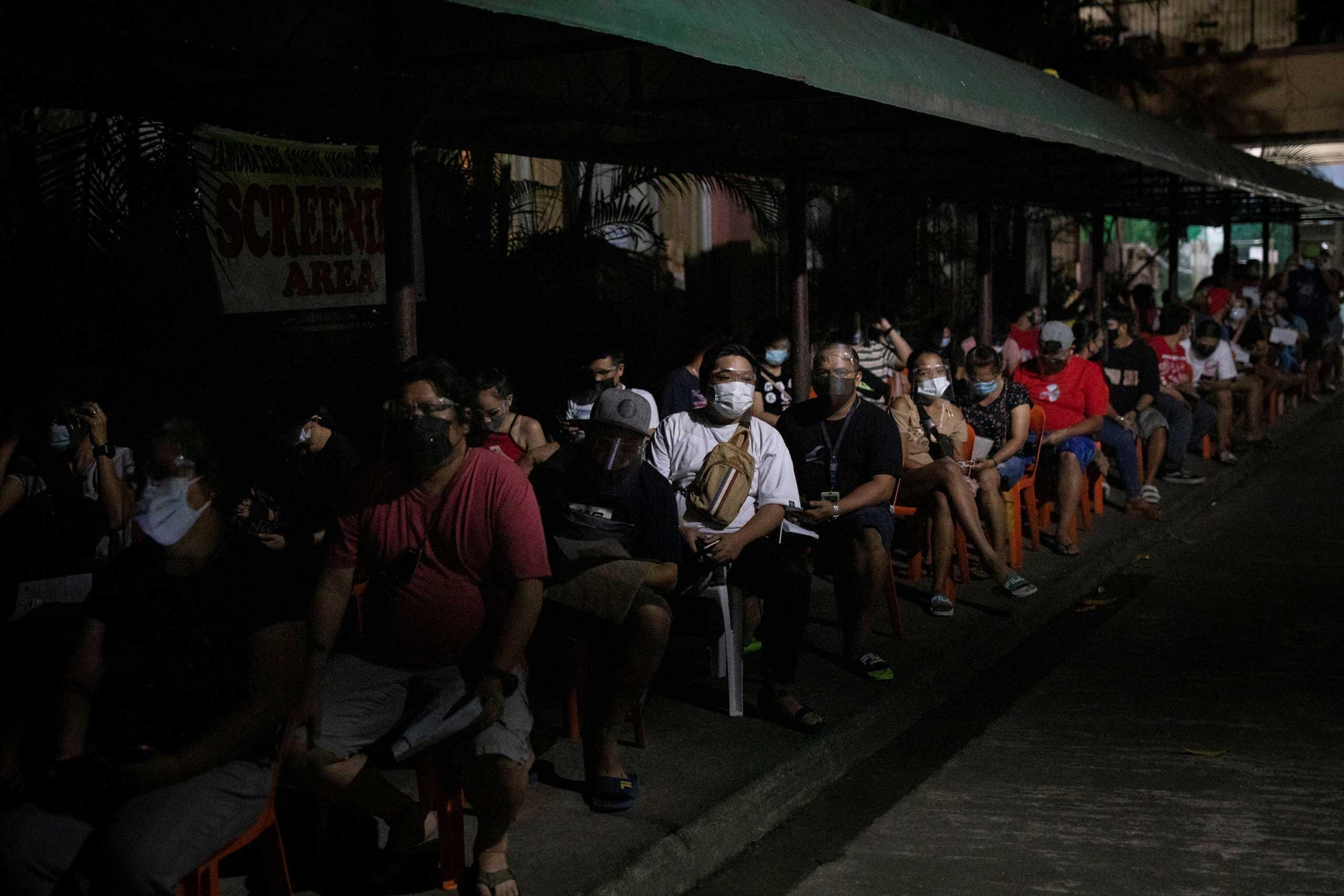 Φιλιππίνες: «Τρέχουν» την εκστρατεία ανοσοποίησης με 24ωρα εμβολιαστικά κέντρα