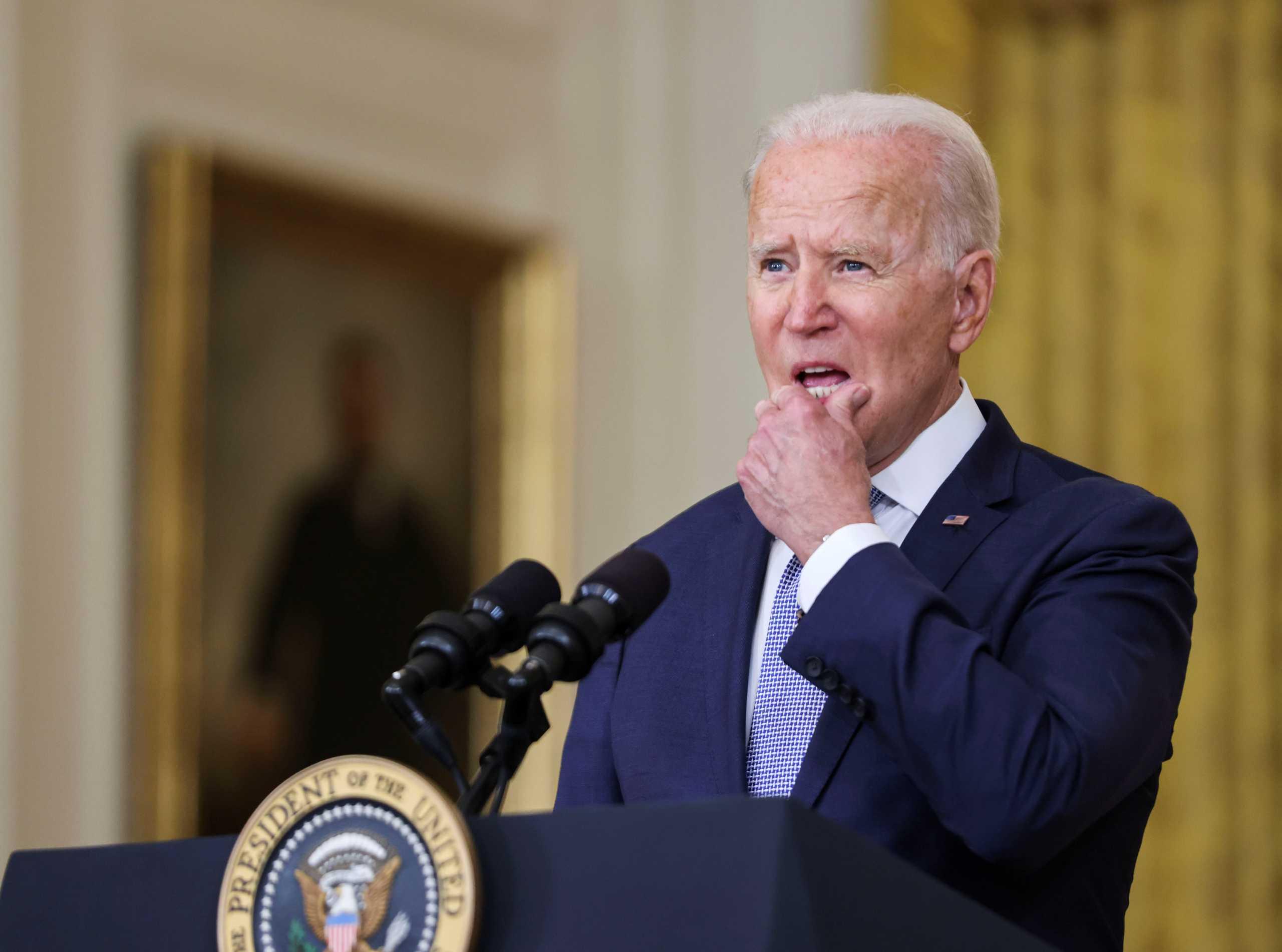 Στο χαμηλότερο επίπεδο της επτάμηνης προεδρίας του έπεσε η δημοτικότητα του Τζο Μπάιντεν μετά τα γεγονότα στο Αφγανιστάν