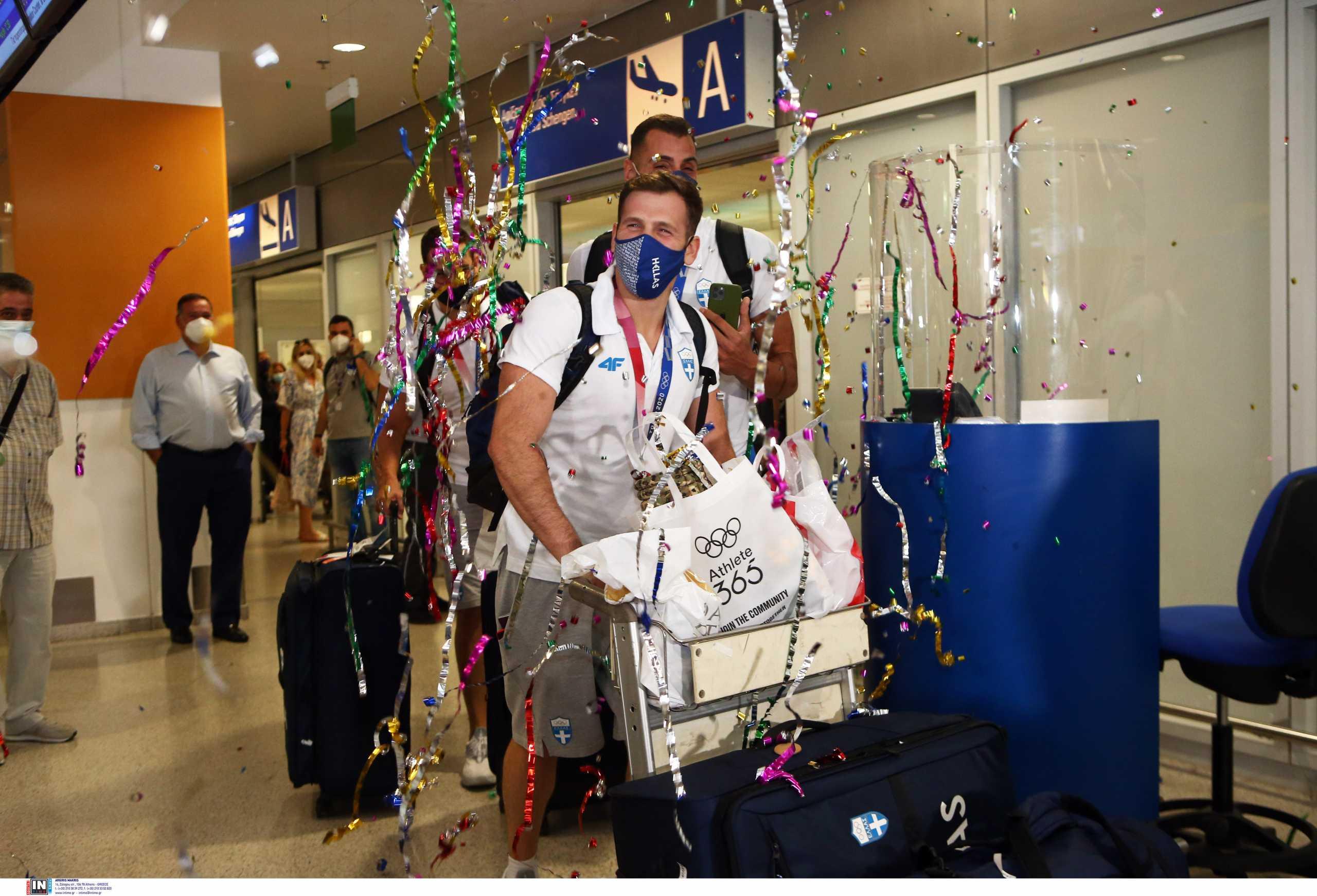 Εθνική πόλο: Επέστρεψαν και «αποθεώθηκαν» οι «ασημένιοι» Ολυμπιονίκες του Τόκιο – Συγκίνηση για Θοδωρή Βλάχο
