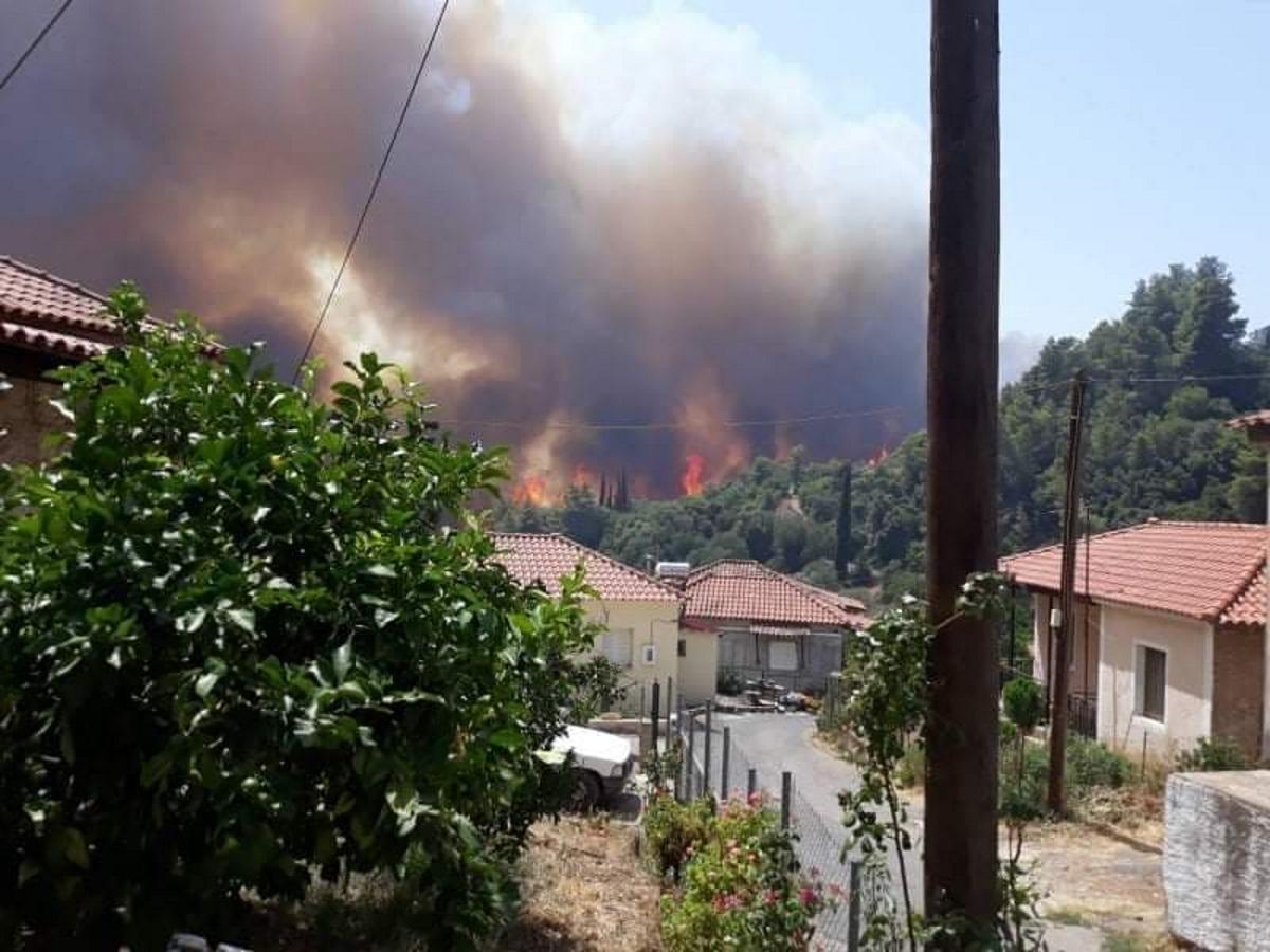 Τελευταίες ρίψεις νερού από αέρος στη φωτιά της Γορτυνίας – Ανοίγουν αντιπυρικές ζώνες για να κόψουν τη φωτιά