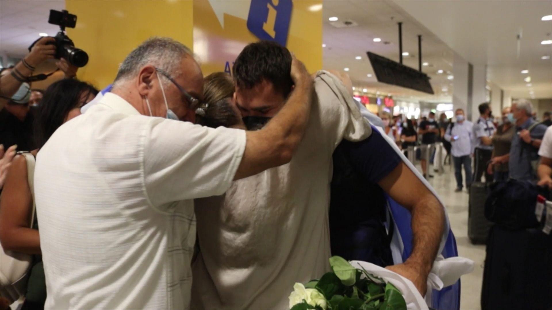 Θοδωρής Ιακωβίδης: «Αποθέωση» και συγκίνηση στην επιστροφή του στην Ελλάδα