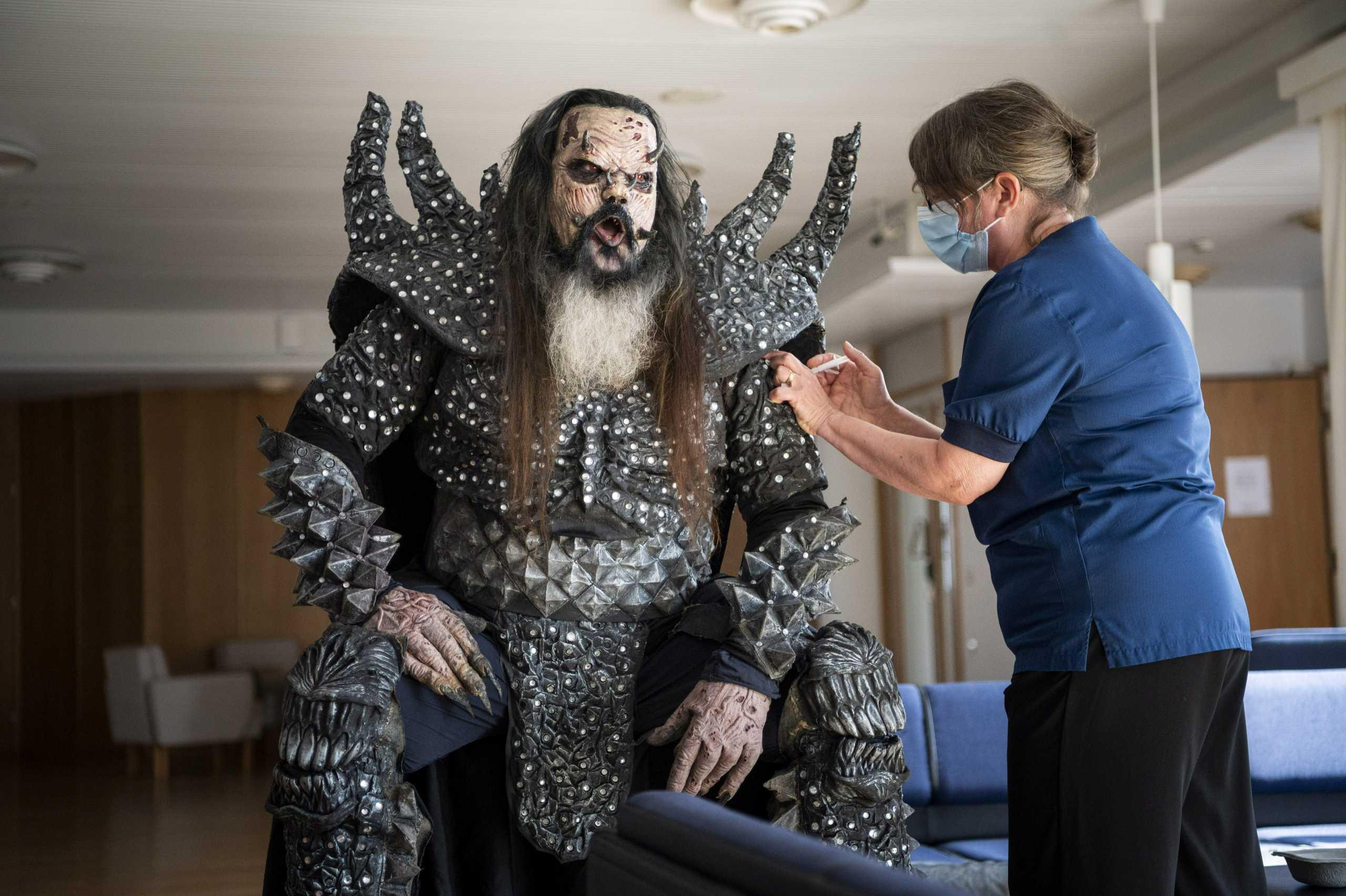 Κορονοϊός: Ο Mr Lordi έκανε εμβόλιο φορώντας την στολή του και τρέλανε το Ροβανιέμι