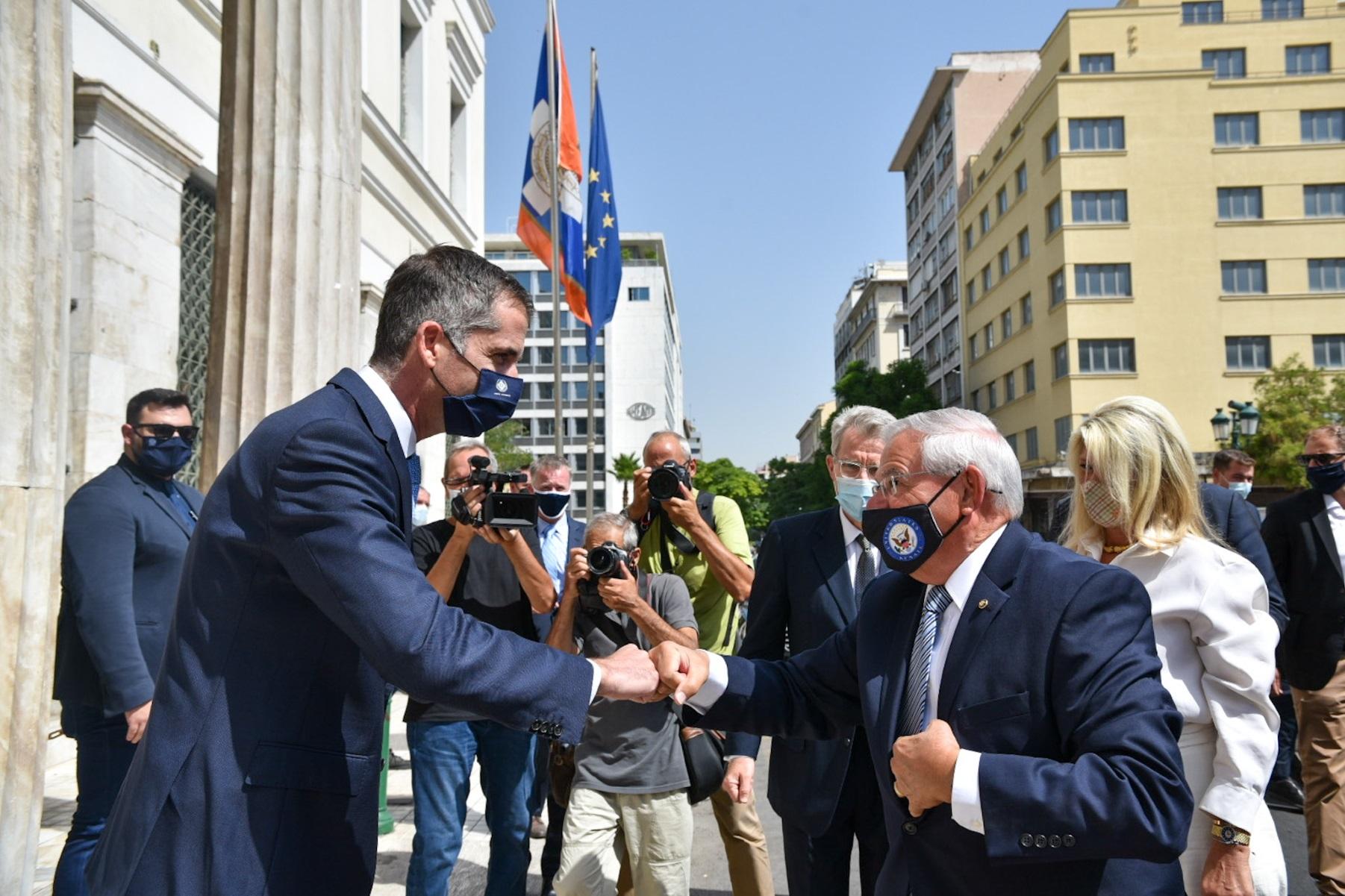 Μπομπ Μενέντεζ – Κώστας Μπακογιάννης: Απονομή μεταλλίου αξίας της πόλεως των Αθηνών στον Αμερικανό γερουσιαστή